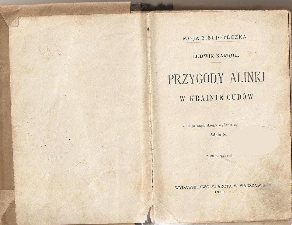 Przygody Alinki wKrainie Cudów Źródło: Lewis Carroll, Przygody Alinki wKrainie Cudów, wyd. 1910, strona tytułowa, domena publiczna.