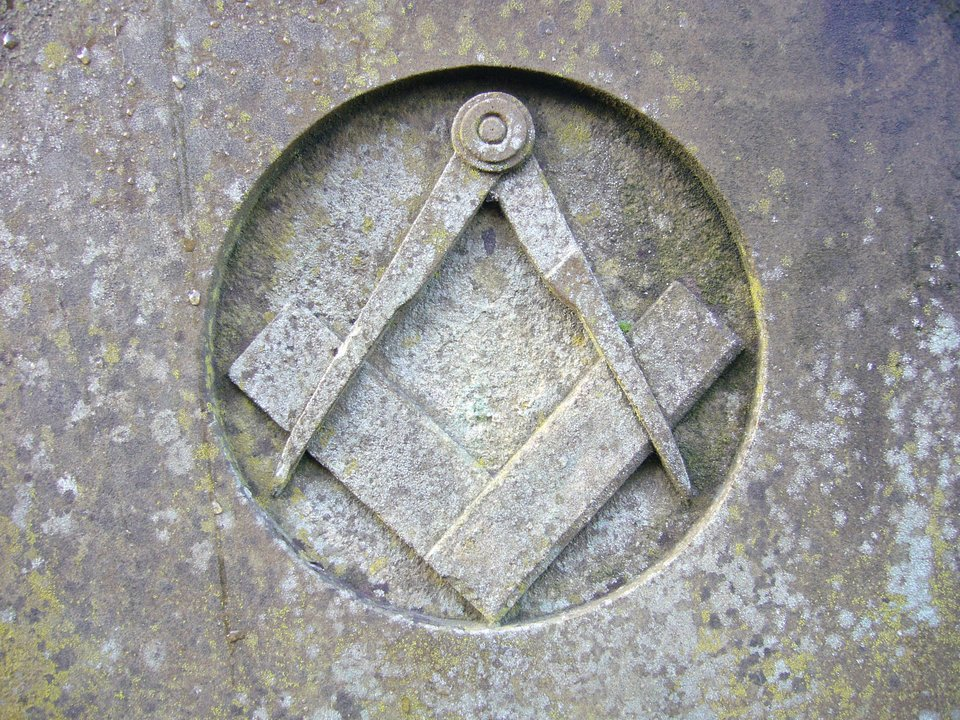 Symbol masonerii (wolnomularstwa – cyrkiel iwęgielnica – tu namurze budynku wAnglii. Symbol masonerii (wolnomularstwa – cyrkiel iwęgielnica – tu namurze budynku wAnglii. Źródło: Nabokov, domena publiczna.