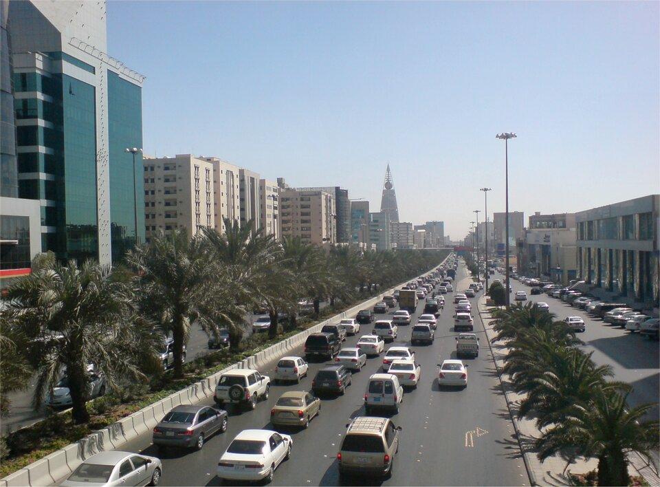 Na zdjęciu czteropasmowa ulica, nowoczesna wysoka zabudowa.