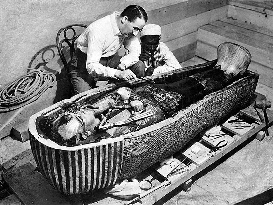 Howard Carter otwiera sarkofag Tutanchamona Howard Carter otwiera sarkofag Tutanchamona Źródło: domena publiczna.