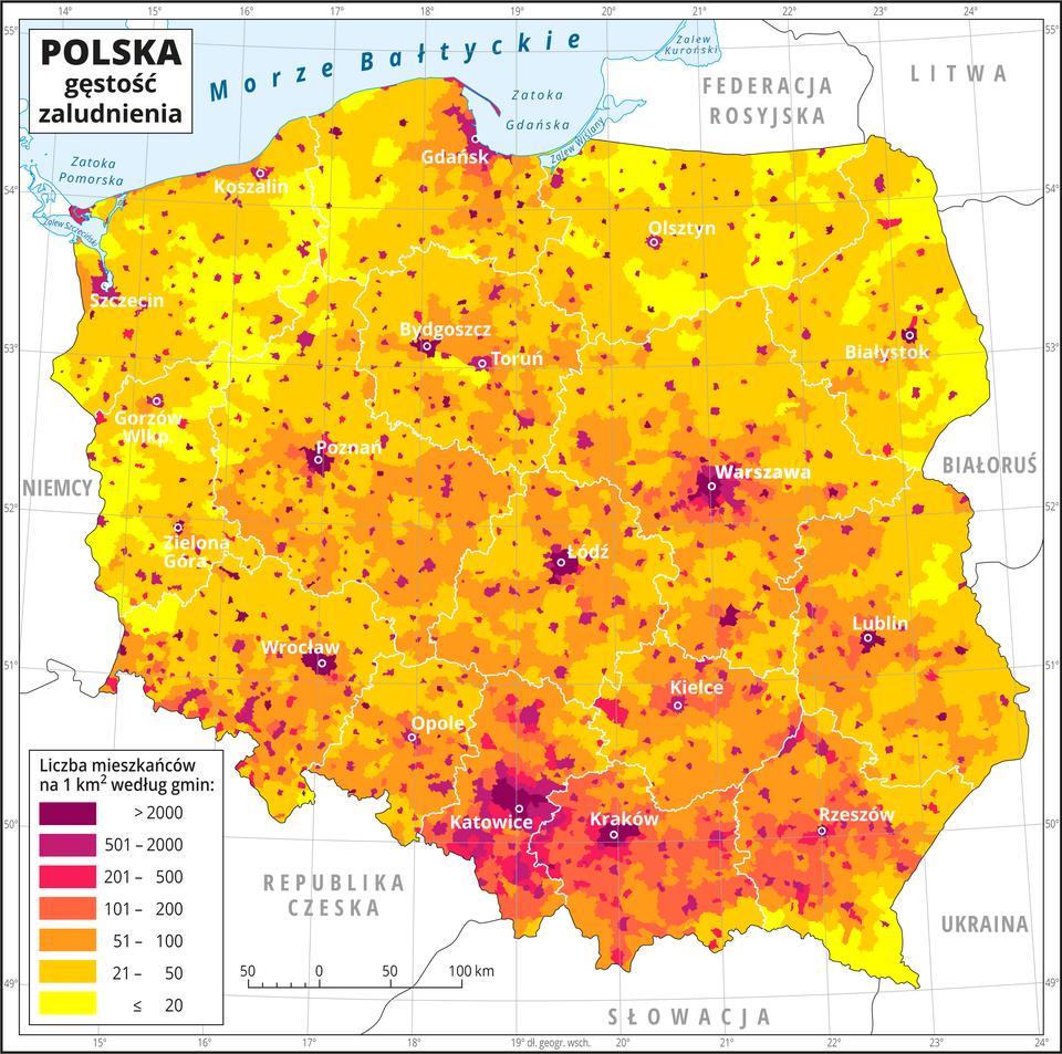 Ilustracja przedstawia mapę Polski zpodziałem na województwa igminy iobrazuje gęstość zaludnienia. Granice województw zaznaczone są białą linią. Białymi kropkami zaznaczono miasta wojewódzkie. Kolorami od żółtego (poniżej dwudziestu) przez pomarańczowy iczerwony do purpurowego (powyżej dwóch tysięcy) oznaczono liczbę mieszkańców na jeden kilometr kwadratowy według gmin. Największa gęstość zaludnienia – ponad dwa tysiące osób na jeden kilometr kwadratowy występuje wwiększości miast wojewódzkich. Dużą gęstość zaludnienia notuje się wwojewództwach centralnych ipołudniowych, najmniejszą – wpółnocno-wschodnich, południowo-wschodnich ipółnocno-zachodnich. Wobrębie poszczególnych województw występują małe ciemniejsze obszary – gminy zdużą gęstością zaludnienia. Po lewej stronie mapy na dole wlegendzie umieszczono wyjaśnienie kolorów użytych na mapie. Mapa pokryta jest równoleżnikami ipołudnikami. Dookoła mapy wbiałej ramce opisano współrzędne geograficzne co jeden stopień.