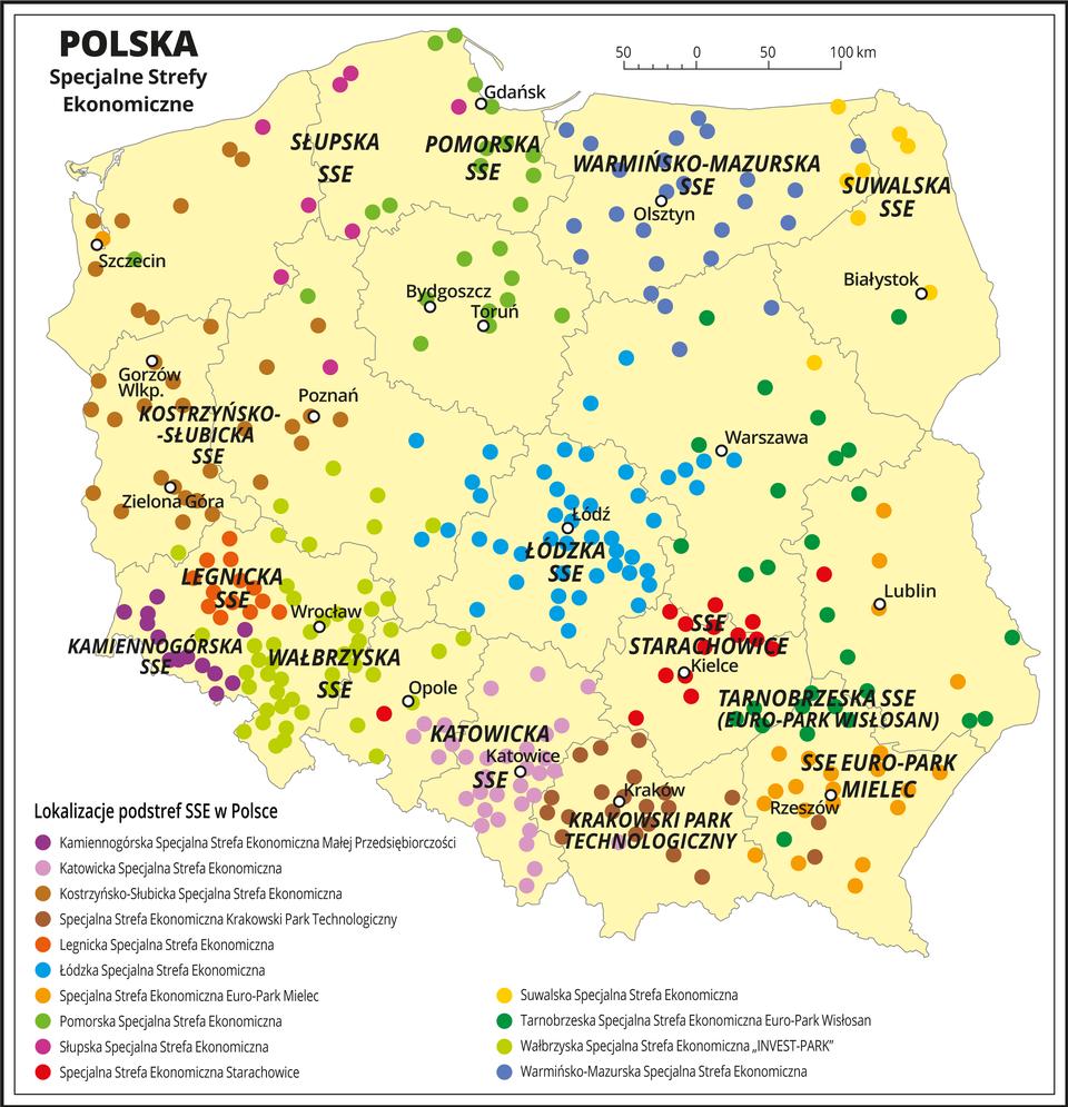 Ilustracja przedstawia mapę Polski zpodziałem na województwa. Znaczono kółkami iopisano stolice województw. Na mapie opisano specjalne strefy ekonomiczne: Słupska SSE, Pomorska SSE, Warmińsko-Mazurska SSE, Suwalska SSE, Kostrzyńsko-Słubicka SSE, Legnicka SSE, Kamiennogórska SSE, Wałbrzyska SSE, Katowicka SSE, Łódzka SSE, SSE Starachowice, Krakowski Park technologiczny, Tarnobrzeska SSE, SSE Euro-Park Mielec. Kolorowymi punktami oznaczono lokalizacje podstref SSE, gdyż niekiedy ich ośrodki są znacznie oddalone od specjalnej strefy ekonomicznej. Na przykład Pomorska SSE sięga Bydgoszczy iTorunia, aTarnobrzeska SSE sięga województwa mazowieckiego.