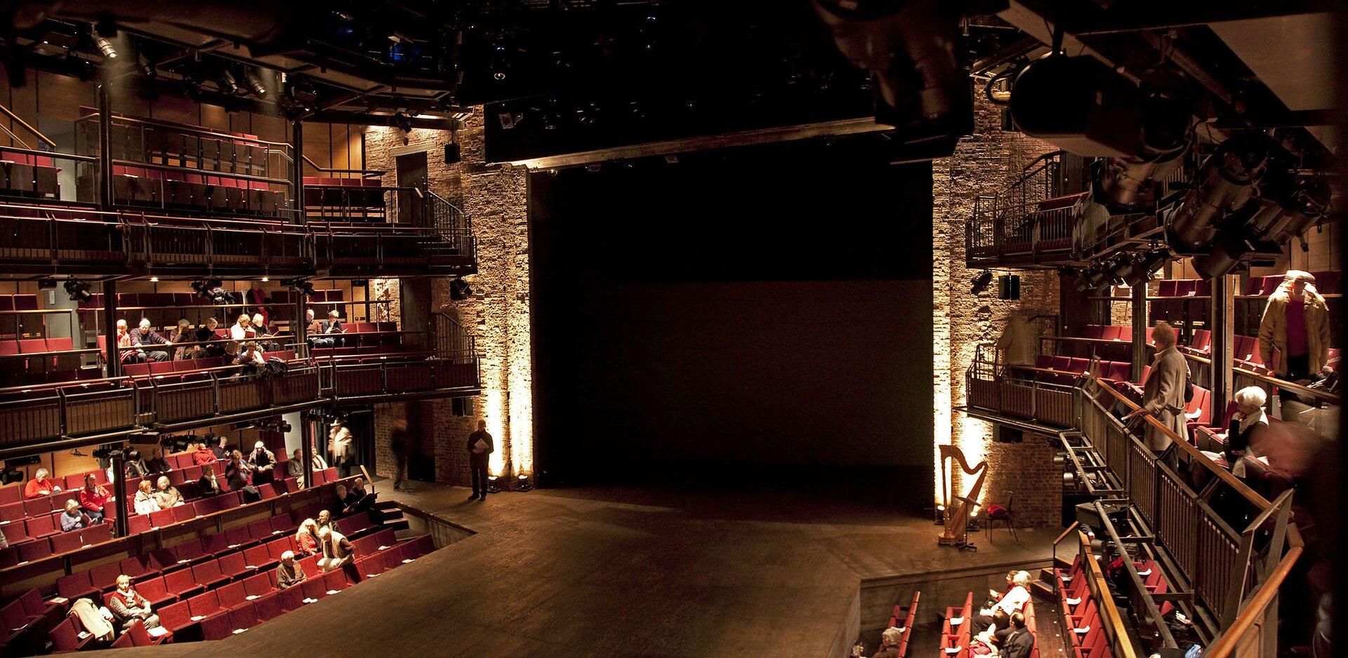Royal Shakespeare Theatre Teatr Globe wLondynie Źródło: Tony Hisgett, Royal Shakespeare Theatre, 2010, fotografia, licencja: CC BY 2.0.