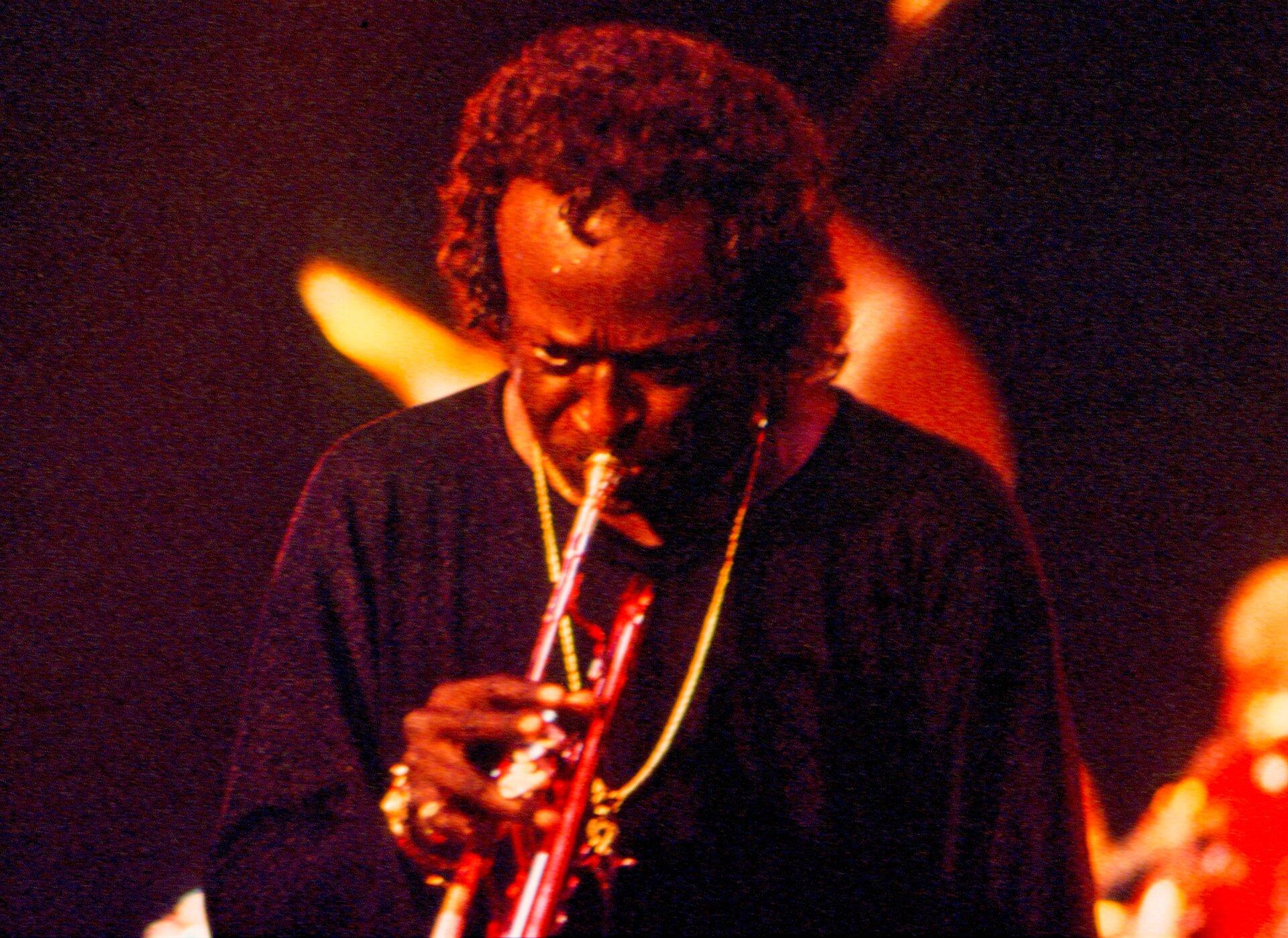Ilustracja przedstawia zdjęcie słynnego amerykańskiego muzyka Milesa Davisa.