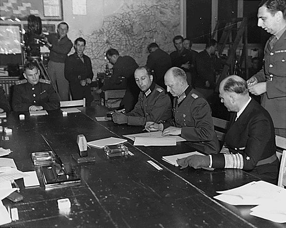 Alfred Jodl podpisuje wReims kapitulację III Rzeszy Źródło: Alfred Jodl podpisuje wReims kapitulację III Rzeszy, Biblioteka Franklina D. Roosevelta, domena publiczna.