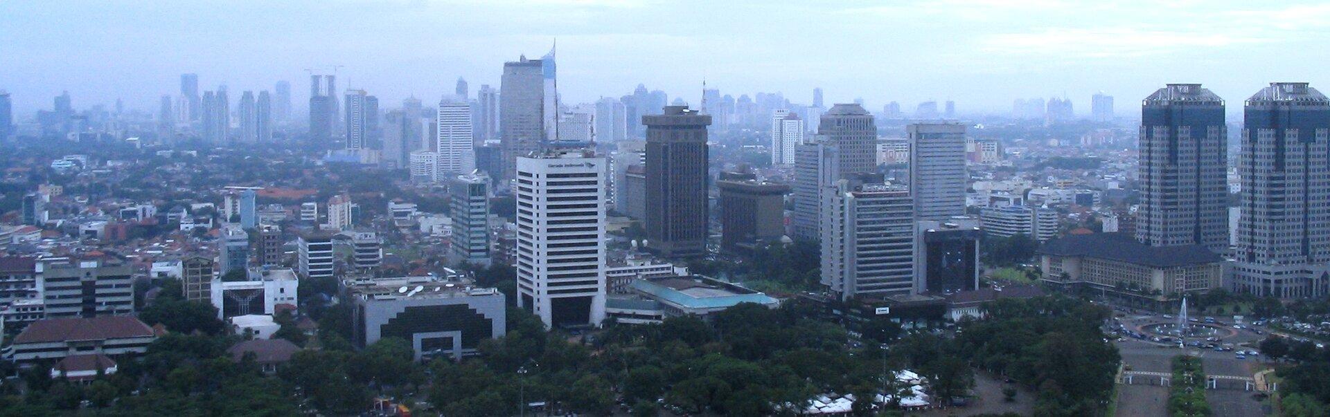 Na zdjęciu nowoczesna zabudowa, wysokie budynki.