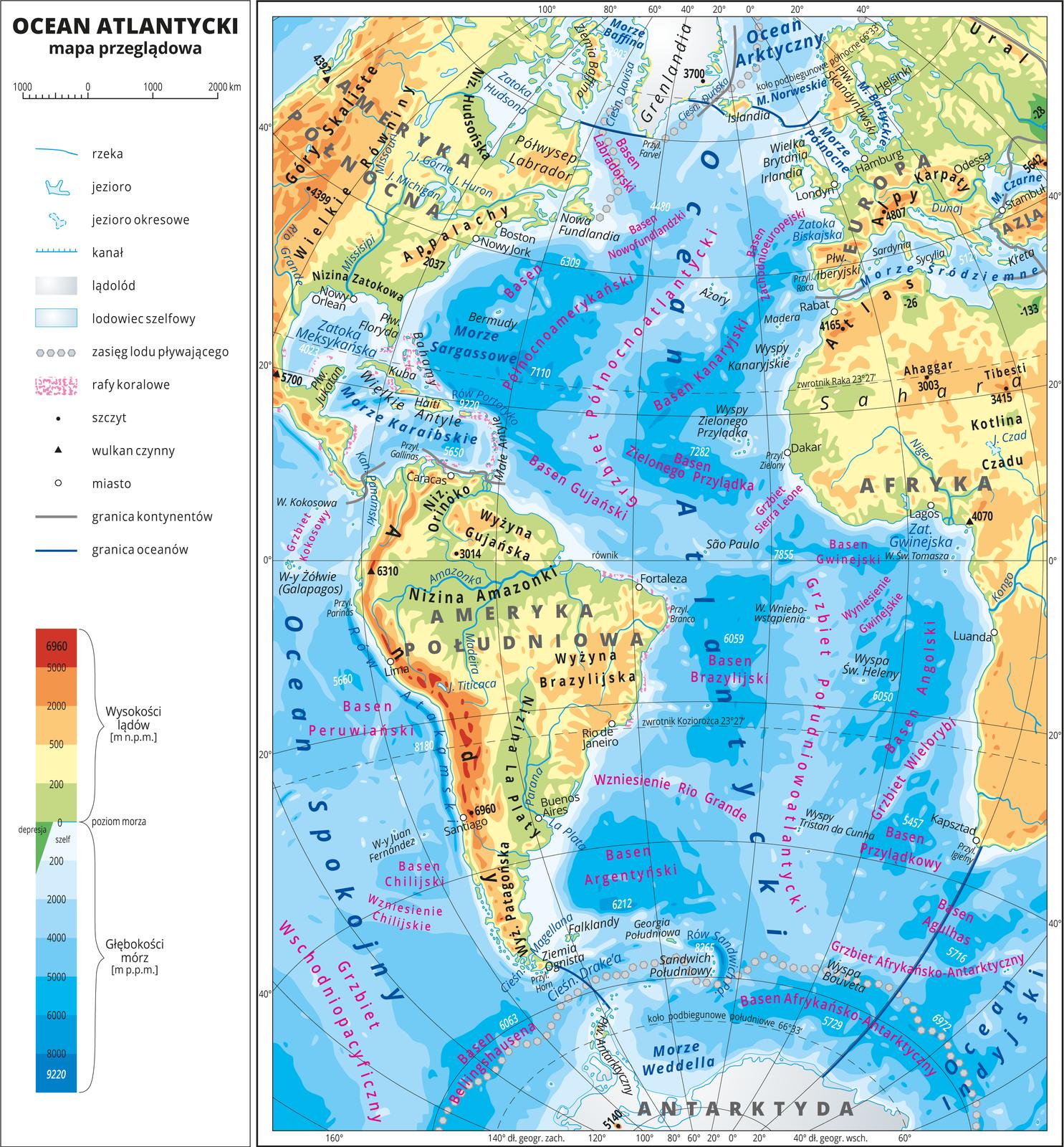 Ilustracja przedstawia mapę przeglądową Oceanu Atlantyckiego. Wobrębie lądów występują obszary wkolorze zielonym, żółtym, pomarańczowym iczerwonym. Morza zaznaczono sześcioma odcieniami koloru niebieskiego iopisano głębokości. Ciemniejszy kolor oznacza większą głębokość. Wobrębie wód przeprowadzono granice między oceanami. Na mapie opisano nazwy kontynentów, wysp, głównych pasm górskich, morza izatoki. Oznaczono iopisano największe miasta. Mapa pokryta jest równoleżnikami ipołudnikami. Dookoła mapy wbiałej ramce opisano współrzędne geograficzne co dwadzieścia stopni. Wlegendzie umieszczono iopisano znaki użyte na mapie.