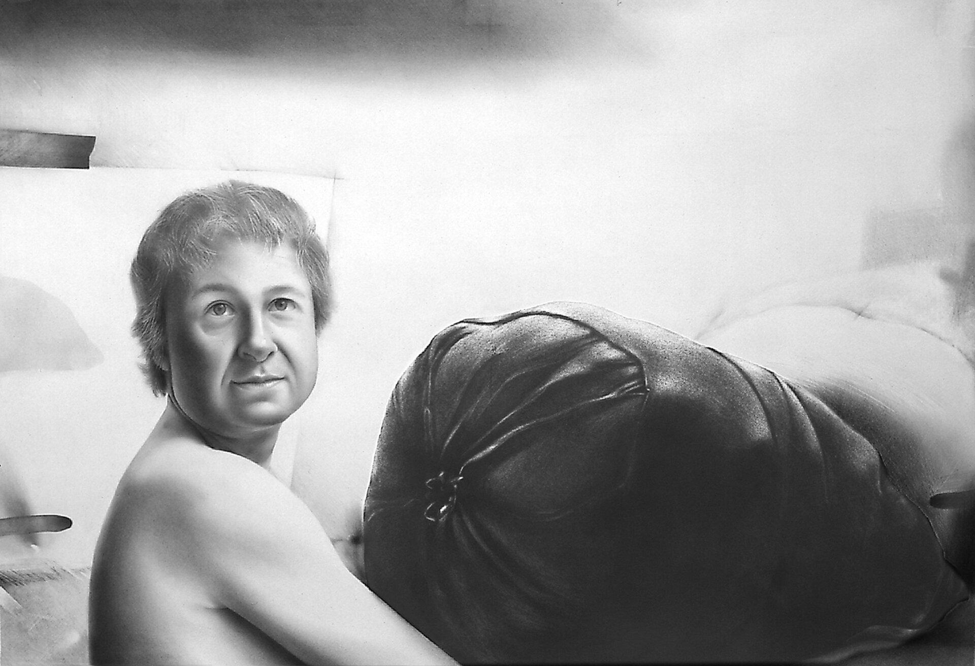 """Ilustracja przedstawiająca szkic Jędrzeja Gołasia do rysunku pt. """"Portret zbagażem"""". Ilustracja przedstawia człowieka dźwigającego bagaż."""