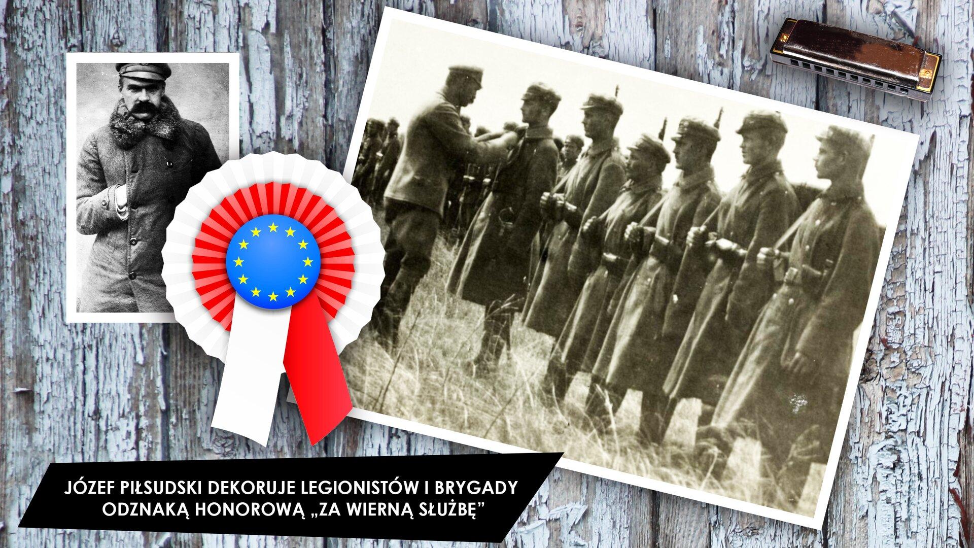 """Na ekranie widzimy szarą drewnianą podłogę, na której znajdują się dwie czarno-białe fotografie. Jedna znich przedstawia mężczyznę stojącego przodem. Ma gruby, długi płaszcz zapinany na guziki przyszyte wdwóch rzędach oraz długie wąsy. Na drugim zdjęciu widać żołnierzy stojących na baczność wrzędzie. Dekoruje ich Józef Piłsudski. Pomiędzy zdjęciami znajduje się biało-czerwona rozeta, aobok zdjęcia, po prawej stronie – organki ustne. Na dole, wczarnym prostokącie, jest biały napis otreści: """"JÓZEF POŁSUDSKI DEKORUJE LEGIONISTÓW IBRYGADY ODZNAKĄ HONOROWĄ »ZA WIERNĄ SŁUŻBĘ«""""."""