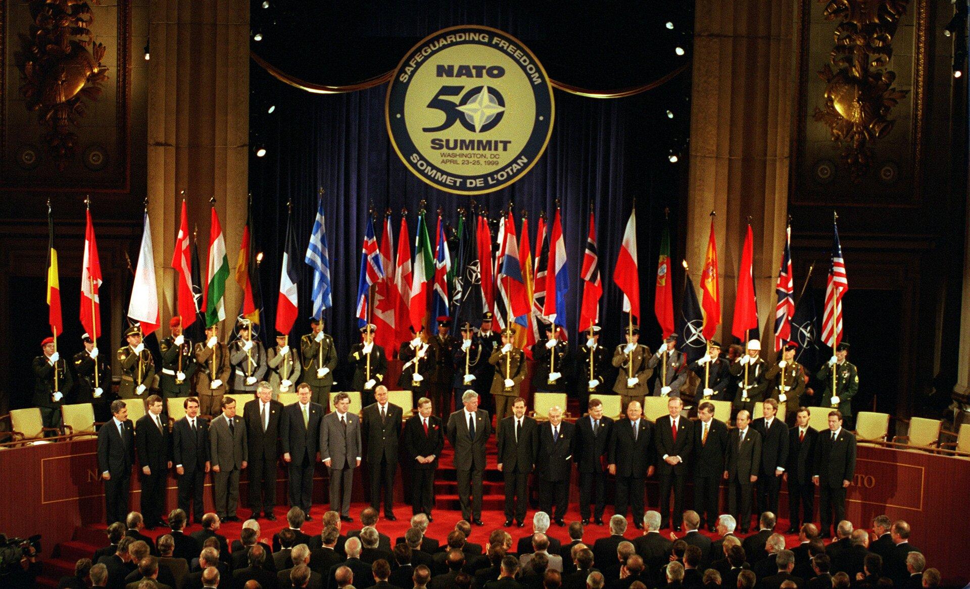 zdjecie przedstawia grupe przywódców państw członkowskich NATO zebranych na szczycie tejorganizacjiwWaszyngtonie w1999 r.