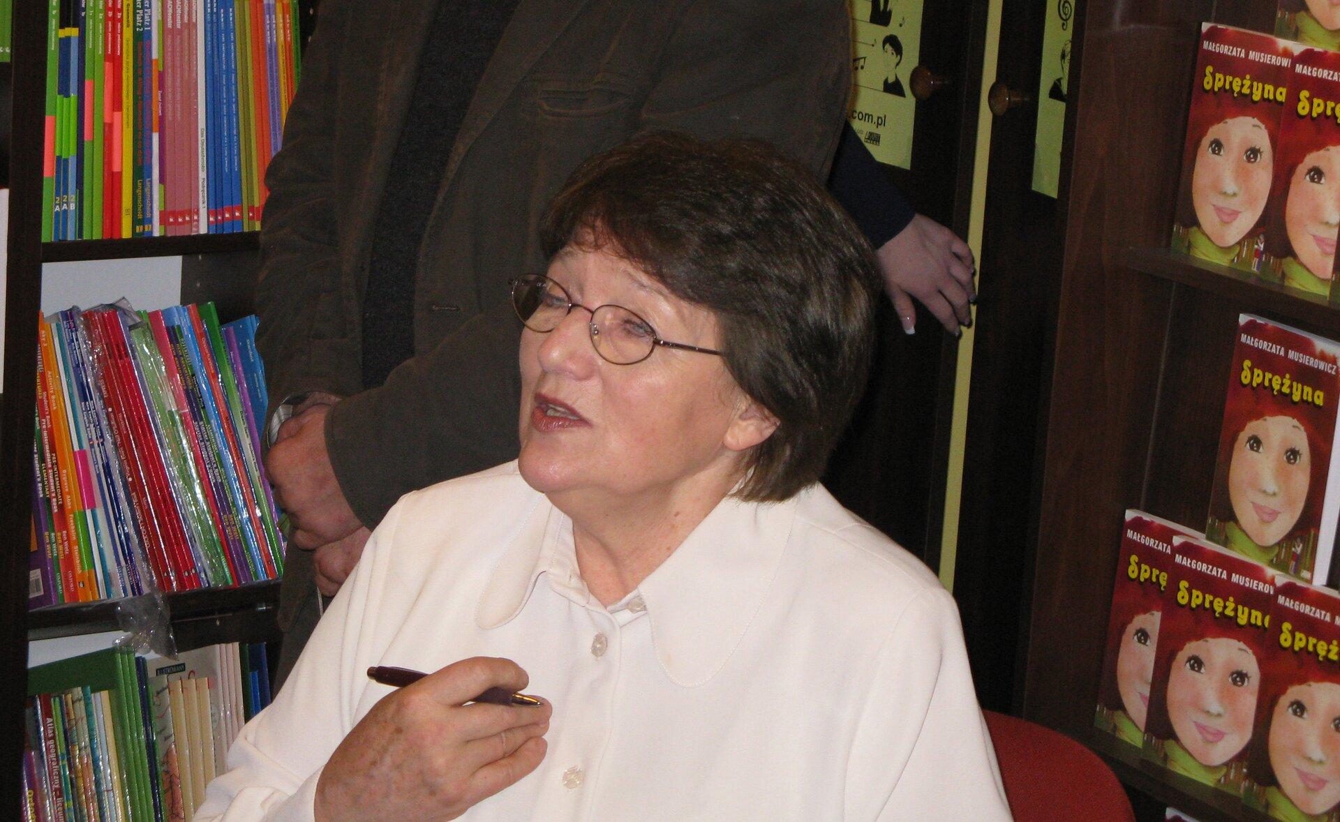 Małgorzata Musierowicz Małgorzata Musierowicz Źródło: Margoz, 2008, fotografia barwna, licencja: CC BY-SA 4.0.