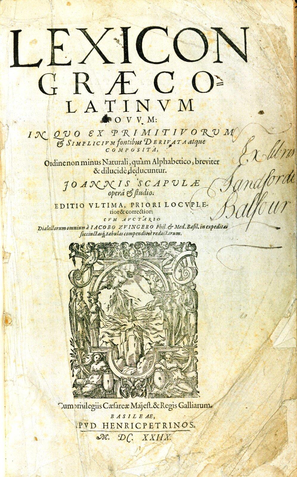 Fotografia nieznanego autora przedstawia stronę tytułową dzieła Lexicon graeco – latinum novus autorstwa Enniusza, przepisaną przez Johanna Scapuli. Karta jest koloru żółtego, widoczne są niej liczne załamania oraz ślady zużycia. Wcentrum karty widnieje zapis: LEXICON GRAECO LATINUM, poniżej zapis wjęzyku łacińskim oraz ilustracja, na której widoczna jest głowa kobiety ziejąca ogniem, oraz ręka mężczyzny, który uderza młotem wziemię.