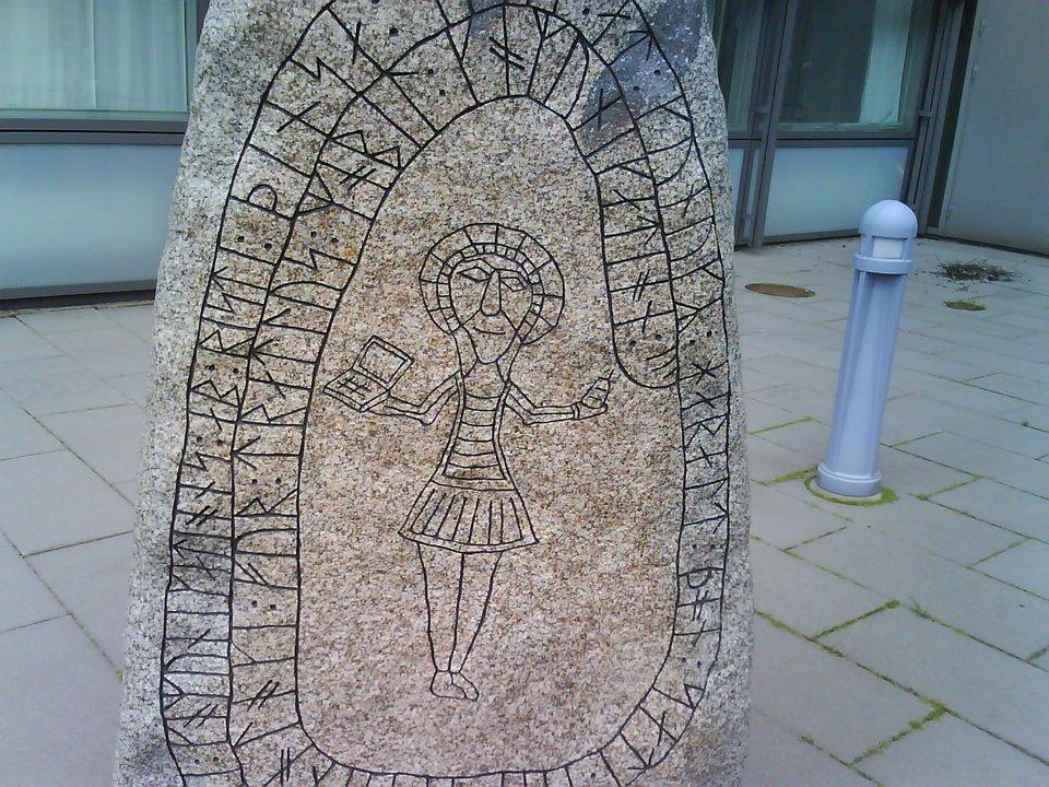 Kamień runiczny Kamień runiczny Źródło: Karl Baron, licencja: CC BY 2.0.