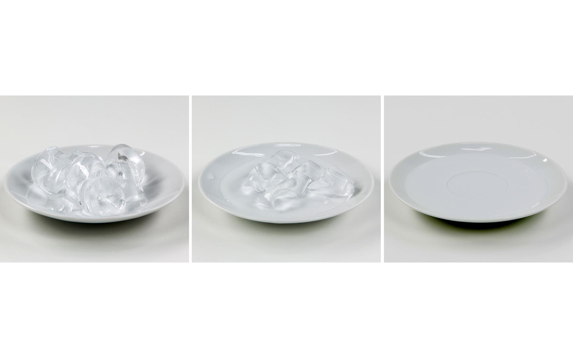 Ilustracja prezentuje trzy zdjęcia umieszczone obok siebie. Na pierwszym od lewej znajduje się biały talerzyk zkostkami lodu na jasnym tle. Drugie przedstawia te same kostki częściowo rozpuszczone, atrzecie talerzyk wypełniony wodą powstałą zcałkowitego rozpuszczenia lodu.