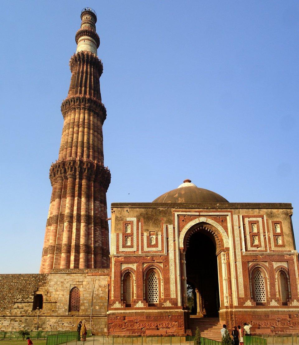 Mauzoleum Qutab Minar Świątynia wDelhi. Źródło: PlaneMad., Mauzoleum Qutab Minar, fotografia, licencja: CC BY-SA 2.5.