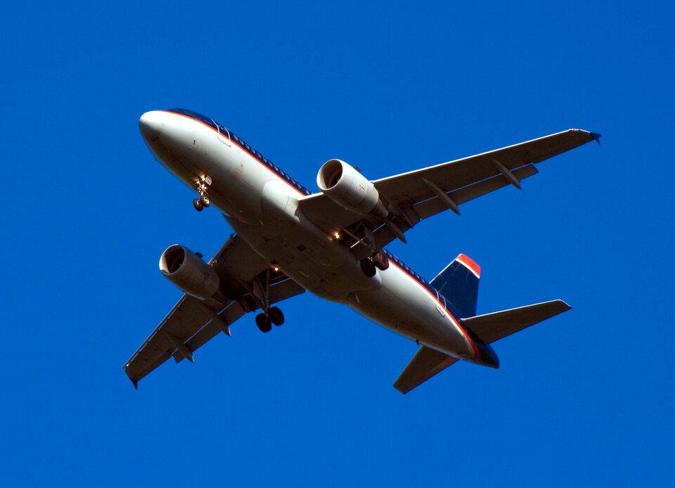 Samoloty mają opływowe kształty, dzięki czemu opory ruchu maleją. To pozwala na osiągnięcie większej prędkości. Taki kształt nazywamy aerodynamicznym