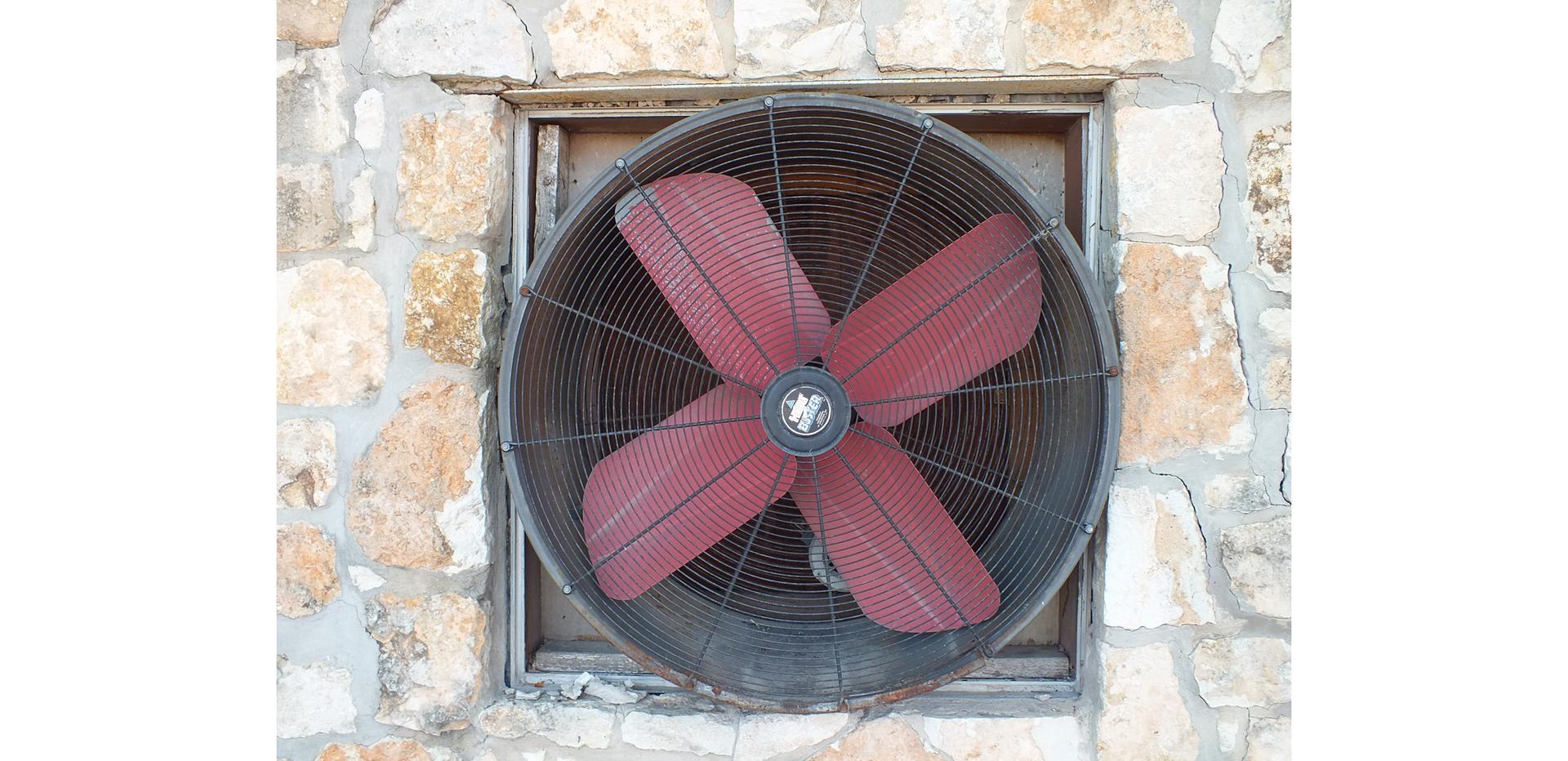 Ilustracja przedstawia wentylator osiowy.