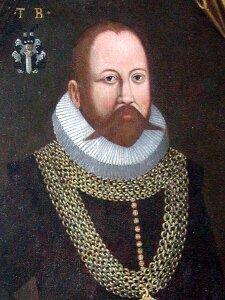 Ilustracja przedstawia podobiznę Tycho Brahe. Mężczyzna wwieku ok. 40-50 lat. Włosy, broda idługie wąsy koloru brunatno-brązowego. Czoło wysokie, gładkie. Nos prosty. Oczy ciemne, szeroko otwarte. Pod szyją biały kołnierz (kreza). Mężczyzna ubrany wczarne obranie, pod kołnierzem ina torsie założony szeroki, złoty łańcuch.
