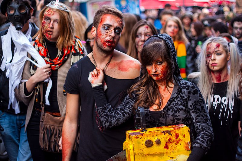 Paris Zombie Walk Paris Zombie Walk Źródło: tangi bertin, licencja: CC BY 1.0, [online], dostępny winternecie: https://commons.wikimedia.org/wiki/File:Zombie_walk_paris_2013_-_35707_-_12_octobre_2013.jpg?uselang=pl [dostęp 25.10.2015 r.].