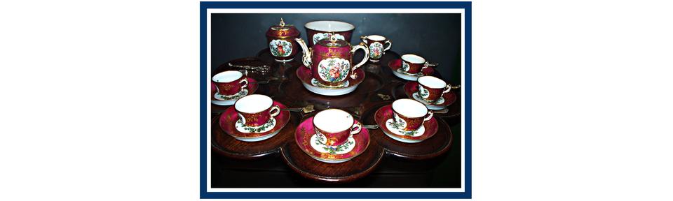 Rysunek serwisu do kawy złożonego zdzbanka, cukiernicy, dzbanuszka do śmietanki oraz sześciu, ojednakowym kształcie, filiżanek zpodstawkami.