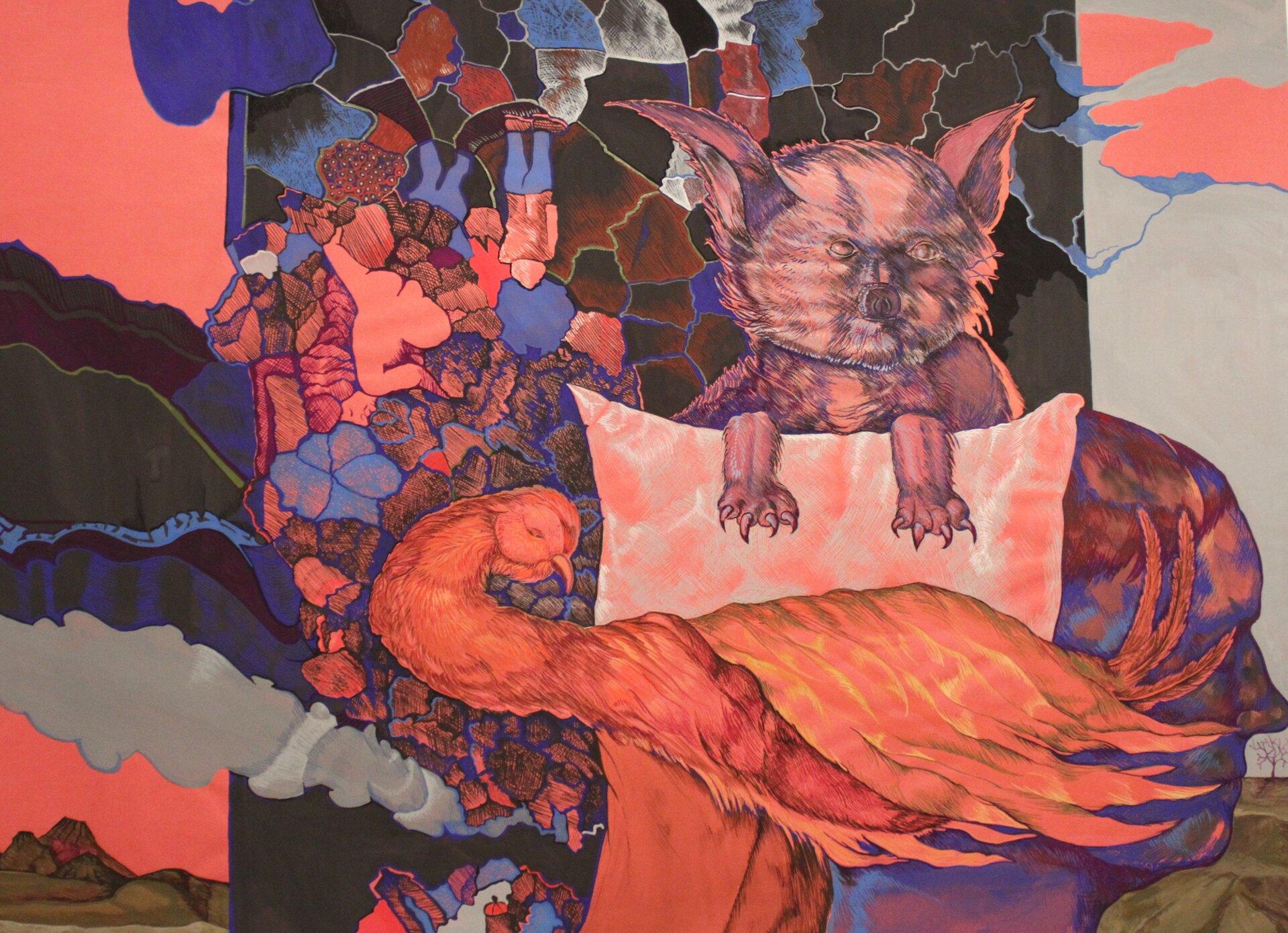 """Ilustracja przedstawia obraz """"Kot"""" autorstwa Michała Trägera. Dzieło ukazuje kompozycję, wktórej centrum znajduje się kot przykryty poduszką oraz śpiący ptak zdługą szyją. Namalowana drobnymi, niebieskimi kreseczkami postać kota robi ponure, demoniczne wrażenie – ma malutkie oczka iszpiczaste uszy. Łapy zdużymi, rozczapierzonymi pazurami leżą sztywno na poduszce. Kot jakby czuwał nad postacią pomarańczowego ptaka. Tło stanowią nieregularne, kolorowe kształty obwiedzione cienką linią, wypływające zciemnej płaszczyzny prostokąta, za którym znajduje się pejzaż zróżowo-szarym niebem. Obraz utrzymany jest wmrocznej, wąskiej tonacji. Zielenie, granaty iszarości ocieplają plamy oranżu ijaskrawego różu. Dzieło sprawie wrażenie zawieszenia między jawą asnem, między figuracją aabstrakcją. Obraz wykonany jest techniką gwaszu."""