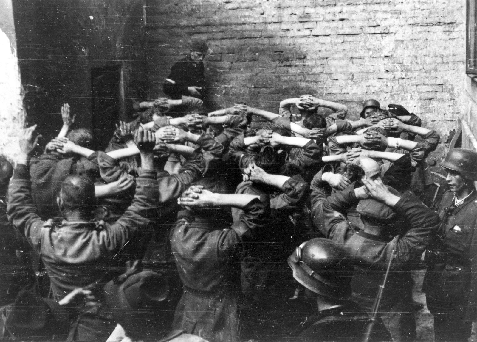 Jeńcyniemieccy wzięci do niewoli wpierwszych dniach powstania. Takich obrazków było wdalszym okresie zmagań niewiele Jeńcyniemieccy wzięci do niewoli wpierwszych dniach powstania. Takich obrazków było wdalszym okresie zmagań niewiele Źródło: domena publiczna.