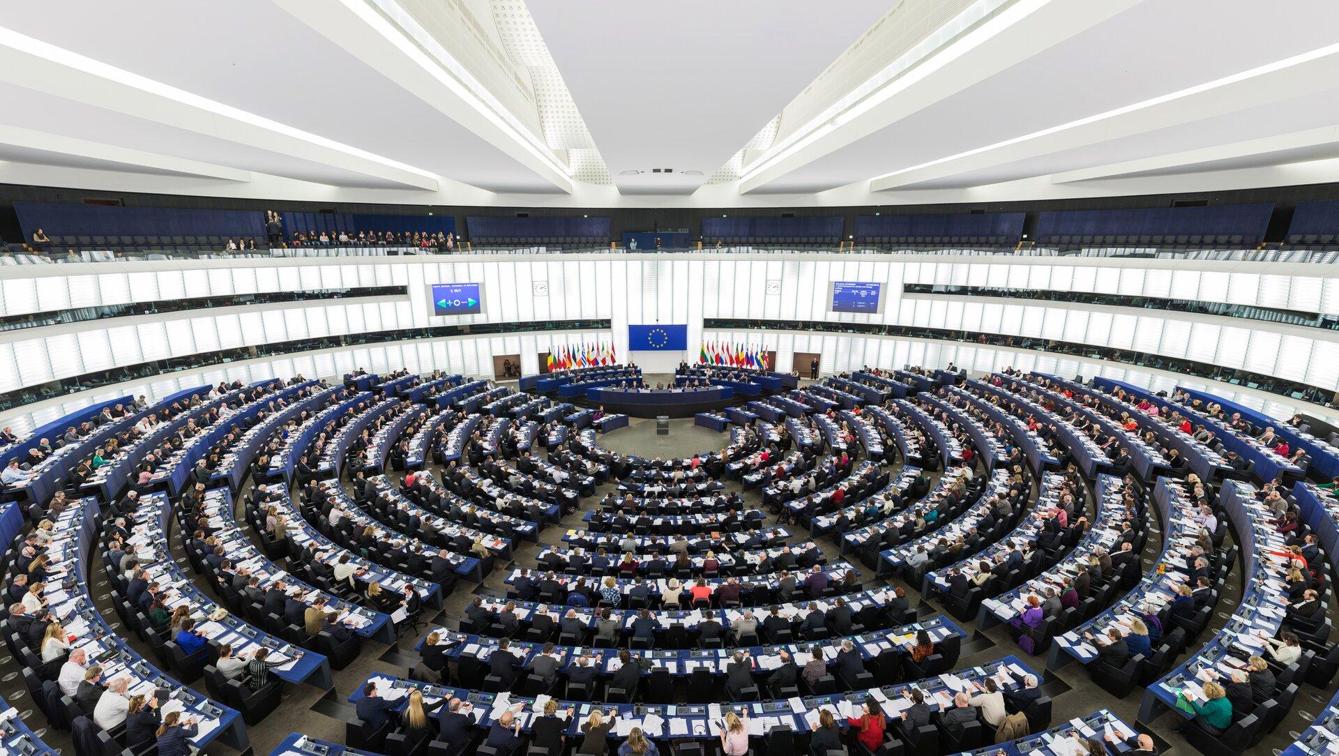Sala posiedzeń Parlamentu Europejskiego Źródło: Diliff, Sala posiedzeń Parlamentu Europejskiego, licencja: CC BY-SA 3.0.