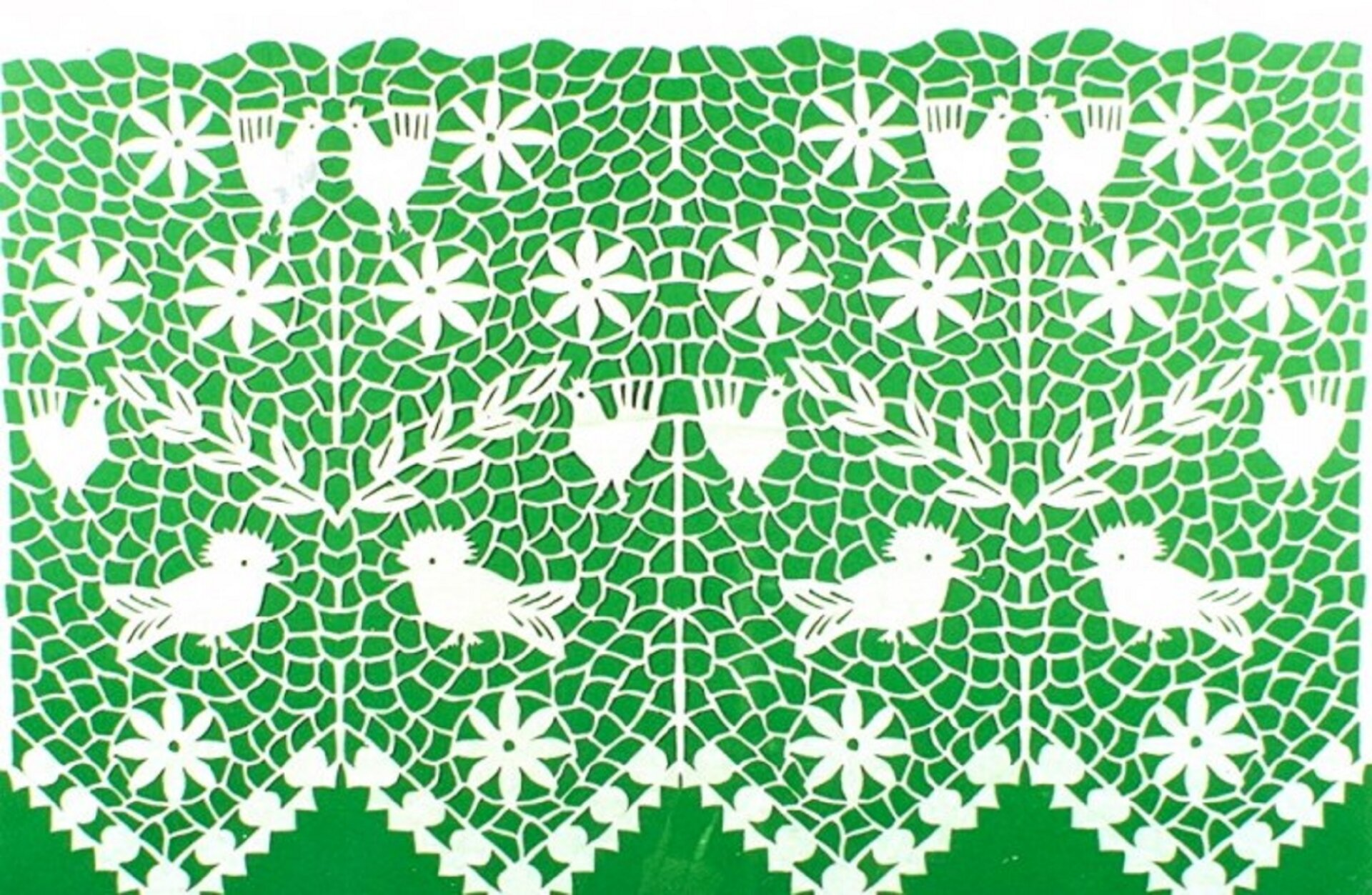 Ilustracja przedstawia firankę kurpiowską na zielonym tle. Wzór na firance składa się zmotywów roślinnych iptaków. Od dołu są to: ptak dudek zgrzebieniem, kura igałązka zliśćmi, dwa kwiaty ikura zkwiatem. Ułożone jeden nad drugim symetrycznie odbijają się ipowtarzają dwukrotnie. Tłem jest siatka znitki.