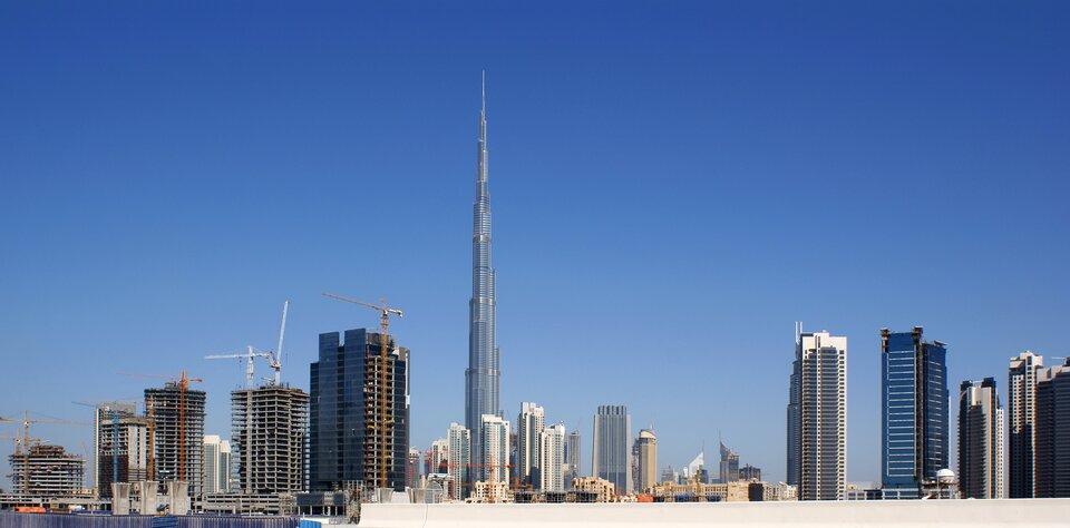 Na zdjęciu nowoczesne, wysokie budynki. Bardzo wysoka wieża.