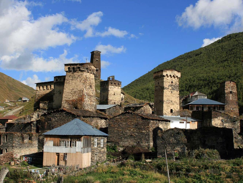 Kamienne wieże wSwanetii Kamienne wieże wSwanetii Źródło: travelgeorgia.ru, licencja: CC BY-SA 3.0.