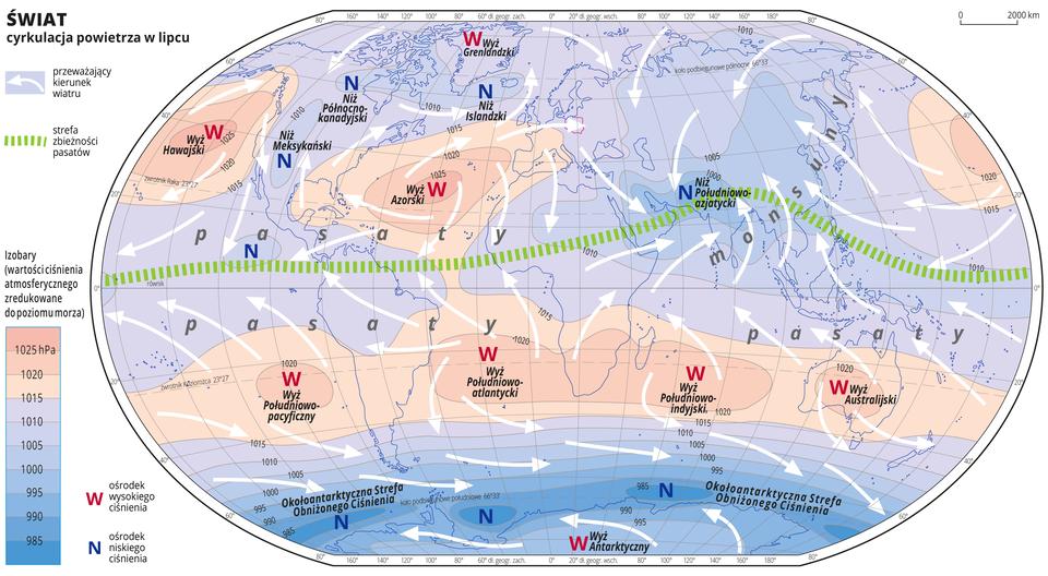 Ilustracja przedstawia mapę świata iobrazuje cyrkulację powietrza wlipcu. Na mapie kolorami zaznaczono wartości ciśnienia atmosferycznego zredukowane do poziomu morza. Odcienie koloru czerwonego oznaczają obszary owysokim ciśnieniu, odcienie koloru niebieskiego oznaczają obszary oniskim ciśnieniu. Obszary owysokim ciśnieniu położone są na półkuli północnej na oceanach wpobliżu Zwrotnika Raka ina Grenlandii, ana półkuli południowej wzdłuż Zwrotnika Koziorożca iwśrodkowej części Antarktydy. Obszary oniskim ciśnieniu atmosferycznym położone są wAmeryce Północnej, Islandii, Azji, oraz na obszarze wód otaczających Antarktydę. Czerwonymi literami Wopisano ośrodki wysokiego ciśnienia, niebieskimi literami Nopisano ośrodki niskiego ciśnienia. Podano również nazwy ośrodków wysokiego iniskiego ciśnienia. Na mapie opisano izobary co pięć hektopaskali. Najniższa wartość wynosi dziewięćset osiemdziesiąt pięć hektopaskali, najwyższa wartość wynosi tysiąc dwadzieścia pięć hektopaskali. Białymi strzałkami oznaczono przeważający kierunek wiatru. Strzałki układają się wróżnych kierunkach. Zieloną przerywaną linią zaznaczono strefę zbieżności pasatów. Przebiega ona nieco powyżej równika iwchodzi łukiem na tereny południowej części Azji. Opisano pasaty – wzdłuż równika oraz monsuny – na wschodnim wybrzeżu Azji. Mapa pokryta jest równoleżnikami ipołudnikami. Dookoła mapy wbiałej ramce opisano współrzędne geograficzne co dwadzieścia stopni. Po lewej stronie mapy wlegendzie umieszczono prostokątny pionowy pasek. Pasek podzielono na dziesięć części. Ugóry trzy odcienie koloru czerwonego, na dole siedem odcieni koloru niebieskiego od jasnego do ciemnoniebieskiego. Linie pomiędzy odcieniami kolorów – izobary – opisano co pięć hektopaskali. Kolor czerwony oznacza obszary owysokim ciśnieniu – powyżej tysiąc piętnaście hektopaskali, kolor niebieski oznacza obszary oniskim ciśnieniu.