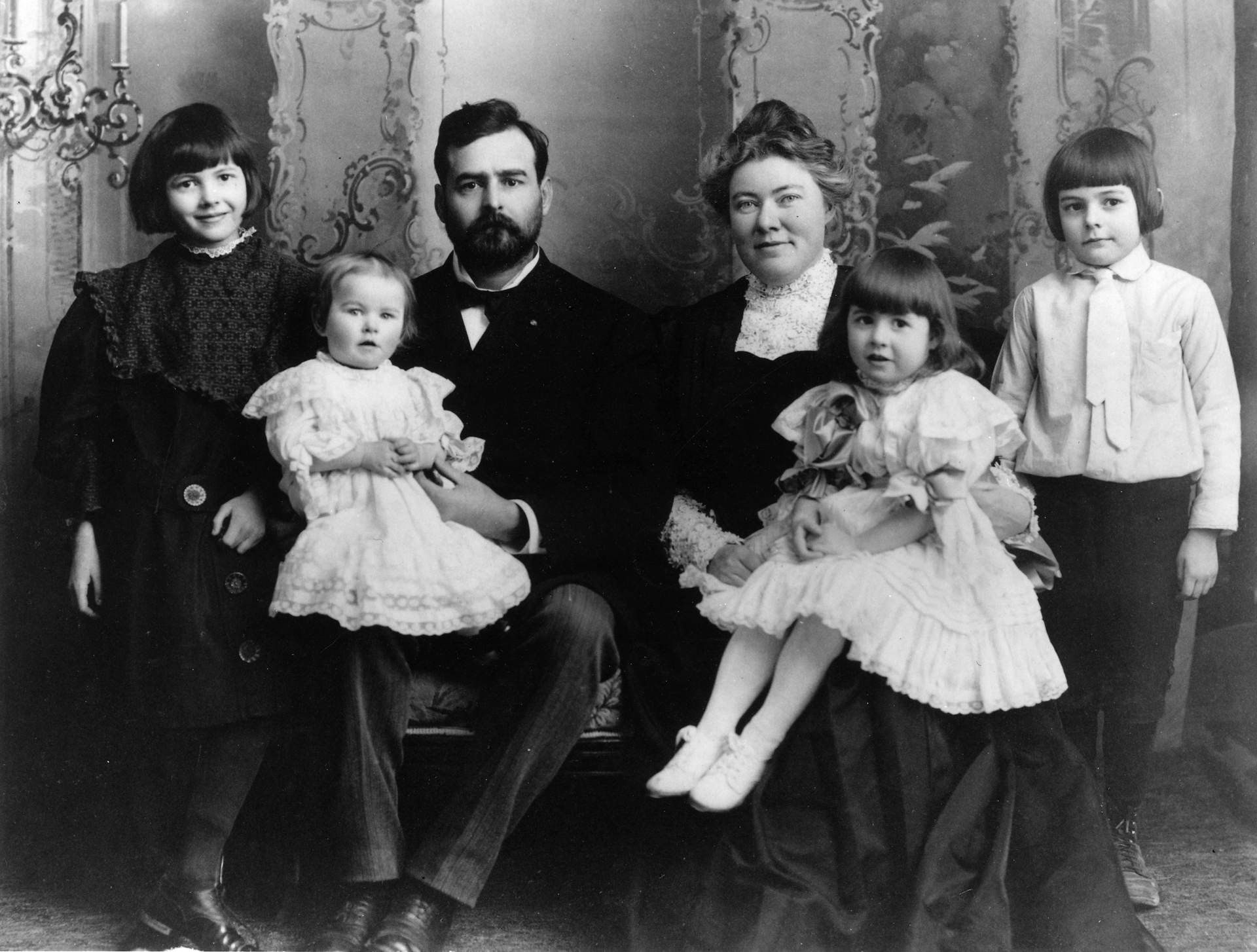 Ernest Hemingway zrodziną Źródło: Ernest Hemingway zrodziną, 1905, domena publiczna.
