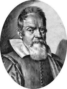 Ilustracja przestawia podobiznę Galileusza. Mężczyzna wwieku ok. 60-70 lat. Włosy krótkie, proste. Wąsy gęsto, broda długa, biała, prosta. Czoło wysokie. Oczy duże. Nos szeroki. Usta zakryte wąsami ibrodą. Widoczne zmarszczki iworki pod oczami. Uszy małe. Pod szyją biały, szeroko kołnierz.