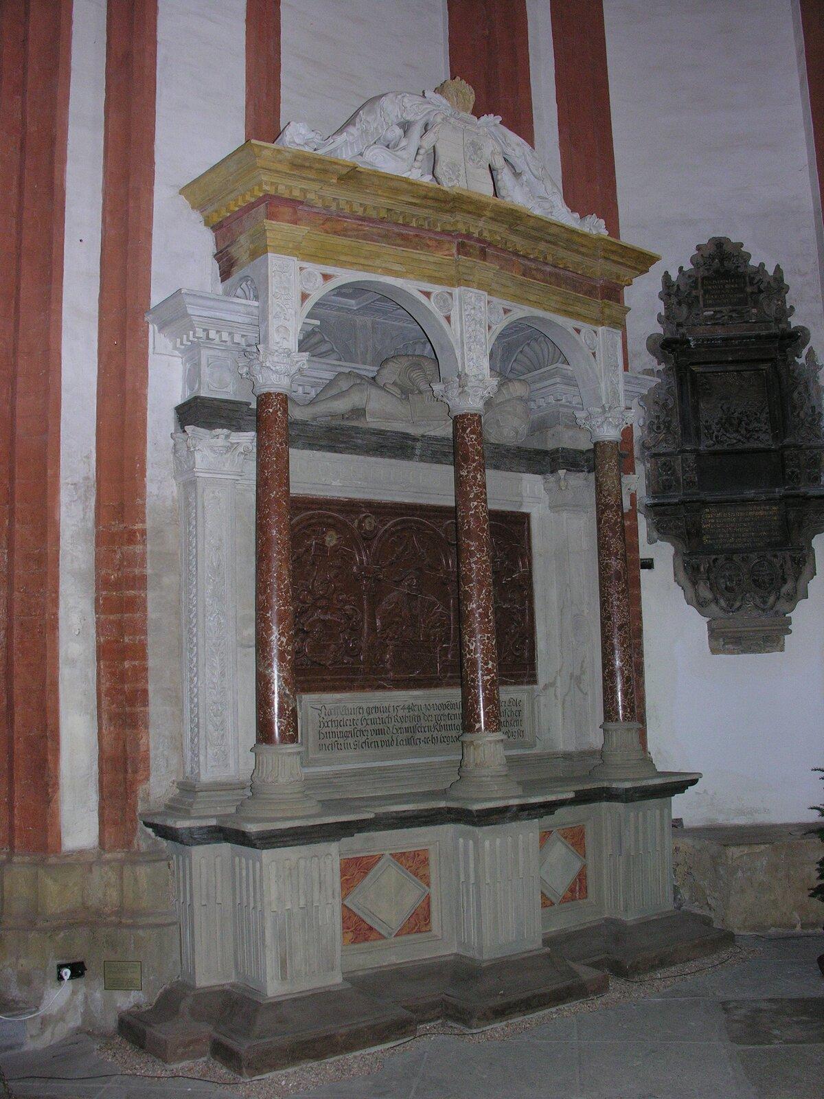 Nagrobek Rybischa(1485-1544)wkościele św. Elżbiety we Wrocławiu– humanisty, rajcy miejskiego pochowanego wkościele parafialnym pw. św. Elżbiety. Rybisch uczestniczył w1518 r. wślubie króla Zygmunta Starego zdrugą żoną Boną Sforzą. Gorący zwolennik poglądów Lutra. Nagrobek Rybischa(1485-1544)wkościele św. Elżbiety we Wrocławiu– humanisty, rajcy miejskiego pochowanego wkościele parafialnym pw. św. Elżbiety. Rybisch uczestniczył w1518 r. wślubie króla Zygmunta Starego zdrugą żoną Boną Sforzą. Gorący zwolennik poglądów Lutra. Źródło: Wikimedia Commons, licencja: CC BY-SA 2.5.