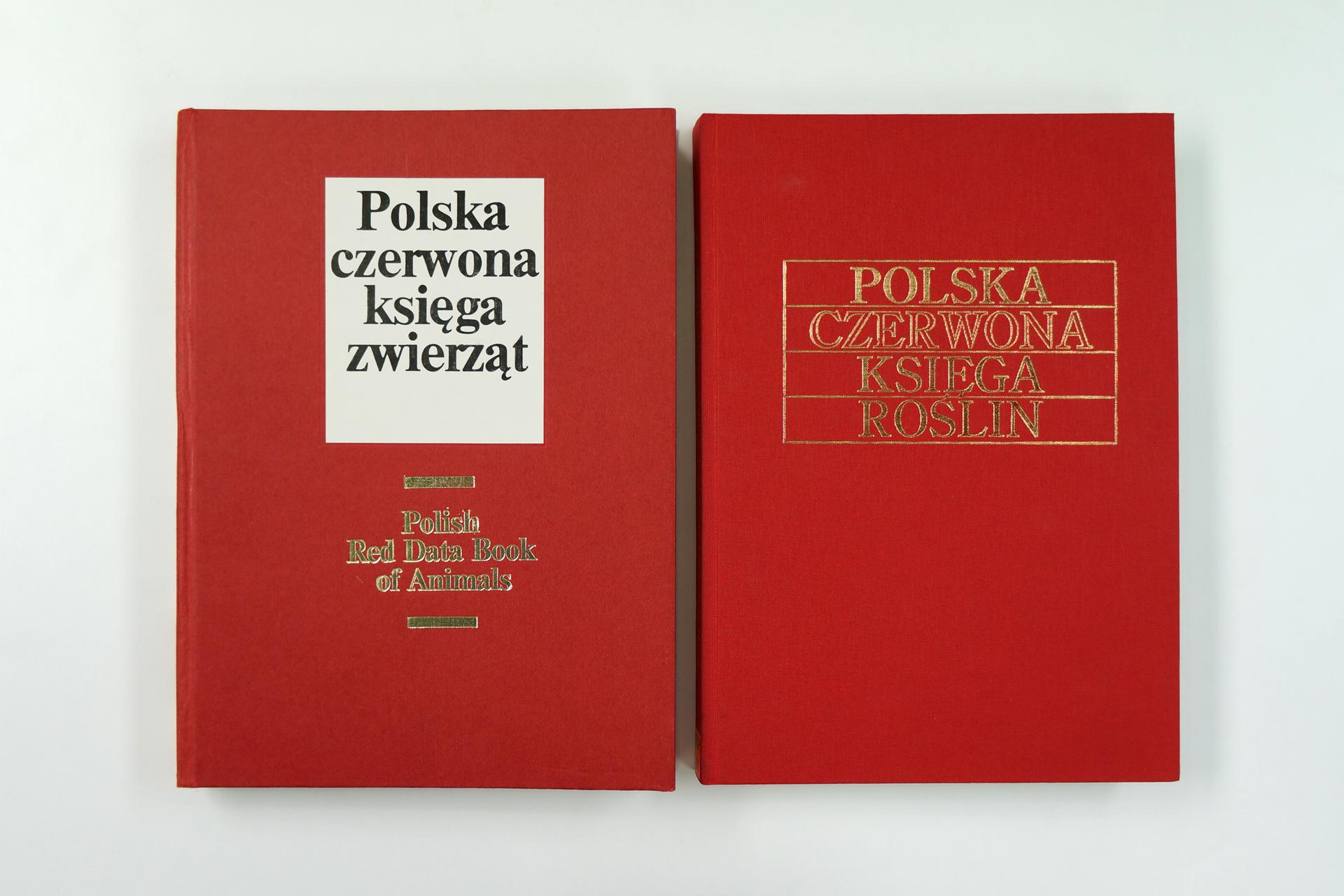 """Fotografia prezentuje """"Polską czerwoną księgę zwierząt"""" oraz """"Polską czerwona księgę roslin""""."""