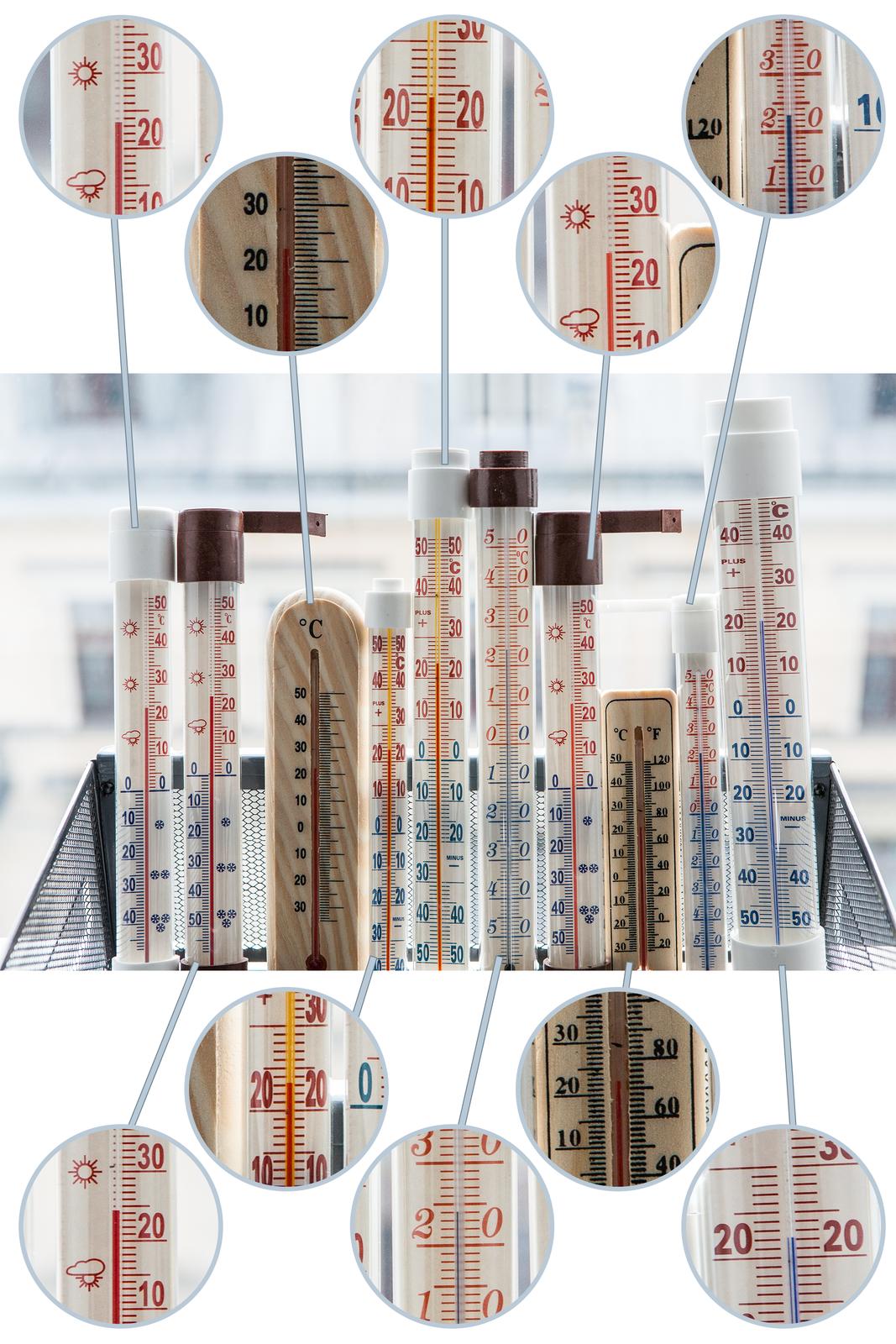 Fotografia przedstawia kosz zawierający termometry służace do pomiaru temperatury wpomieszczeniu lub na zewnątrz. Każdy znich wskazuje nieco inny wynik pomiaru.