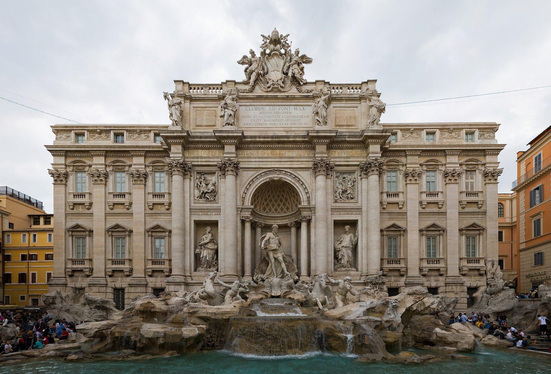Fontannadi Trevi – powiązanie architektury irzeźby zwodą iupozorowaną naturą. Dzieło powstało wlatach 1735-1776 przy Palazzo Poli, na niewielkim placyku; autorem projektu był Niccolo Salvi Fontannadi Trevi – powiązanie architektury irzeźby zwodą iupozorowaną naturą. Dzieło powstało wlatach 1735-1776 przy Palazzo Poli, na niewielkim placyku; autorem projektu był Niccolo Salvi Źródło: Diliff, Wikimedia Commons, licencja: CC BY-SA 3.0.