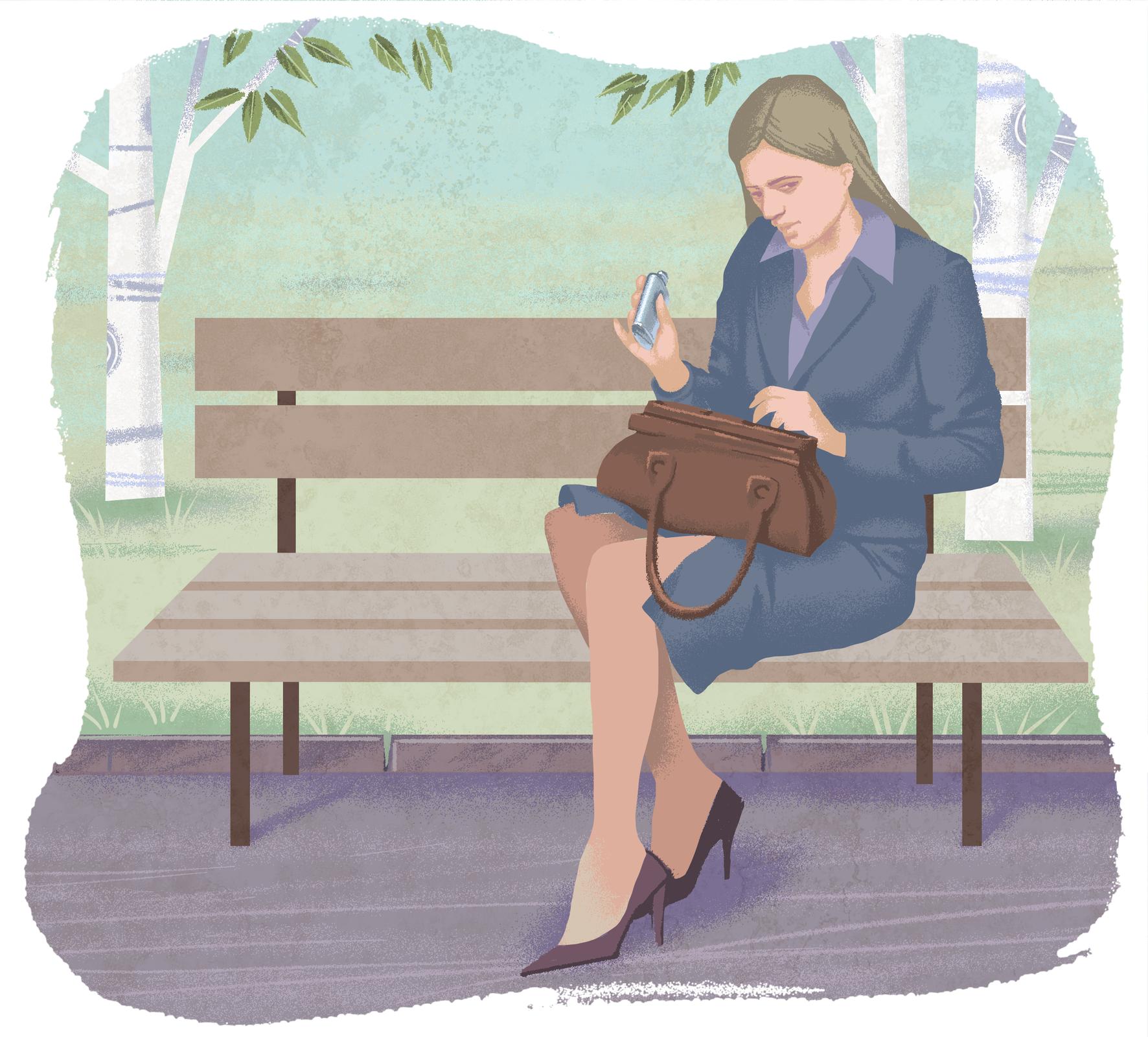 Na ławce wparku siedzi elegancka kobieta wgranatowym kostiumie ibutach na obcasie. Na kolanach ma brązową torebkę. Wyjmuje zniej małą, metalową butelkę zalkoholem.