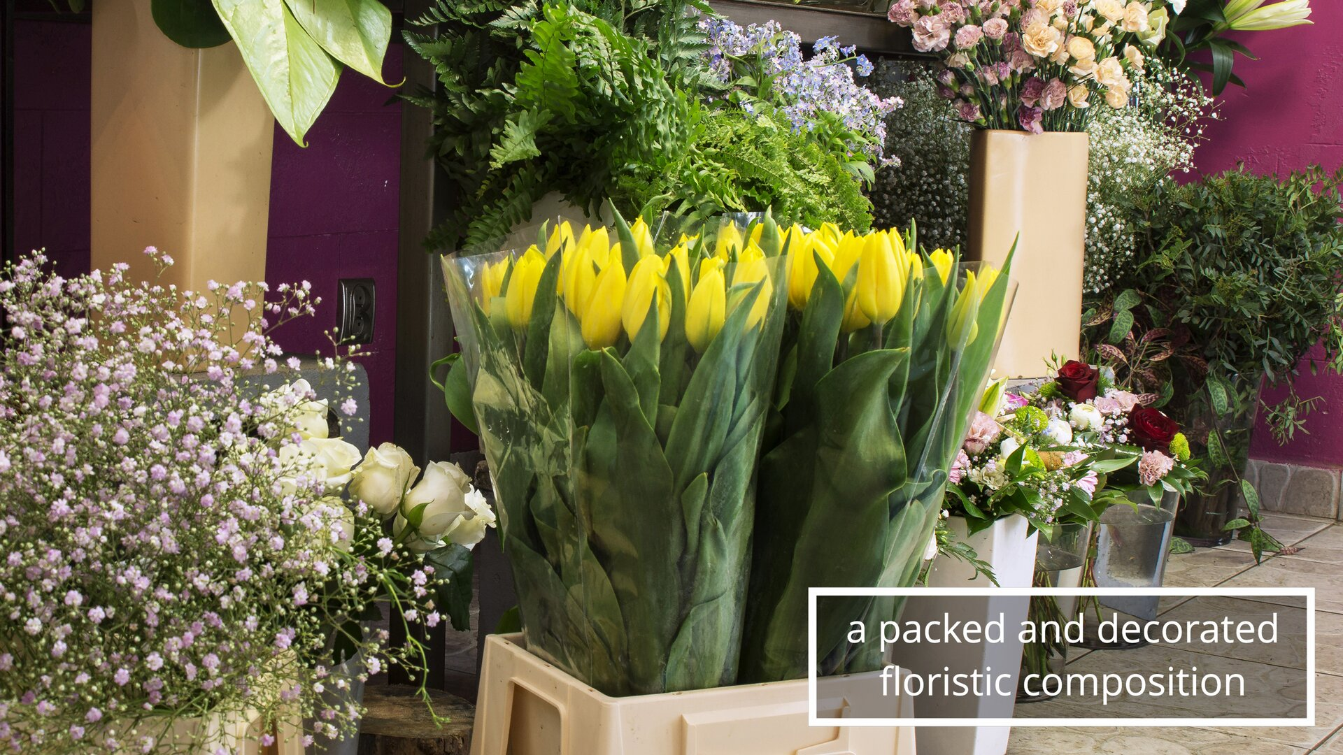 The photo shows flowers packed in foil, ready to be sold.Zdjęcie przedstawia kwiaty opakowane wfolię iprzygotowane do sprzedaży.