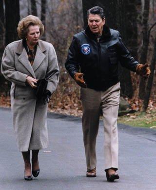 Prezydent USA Ronald Reagan zpremier Wielkiej Brytanii Margaret Thatcher wCamp David w1986 roku. Źródło: Prezydent USA Ronald Reagan zpremier Wielkiej Brytanii Margaret Thatcher wCamp David w1986 roku., 1986, domena publiczna.