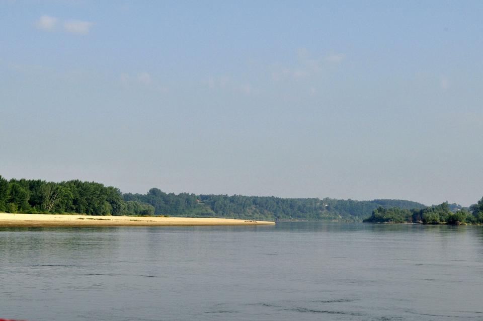 Fotografia prezentuje szeroką dolnie Wisły wGostyńsko-Wrocławskim Parku Krajobrazowym.