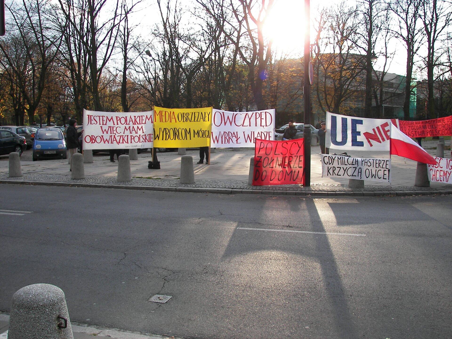 Pikieta przed sejmem Źródło: Piotr VaGla Waglowski, Pikieta przed sejmem, domena publiczna.