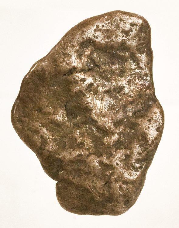 Na zdjęciu brązowy kamień. Wniektórych miejscach jest gładki, winnych porowaty.