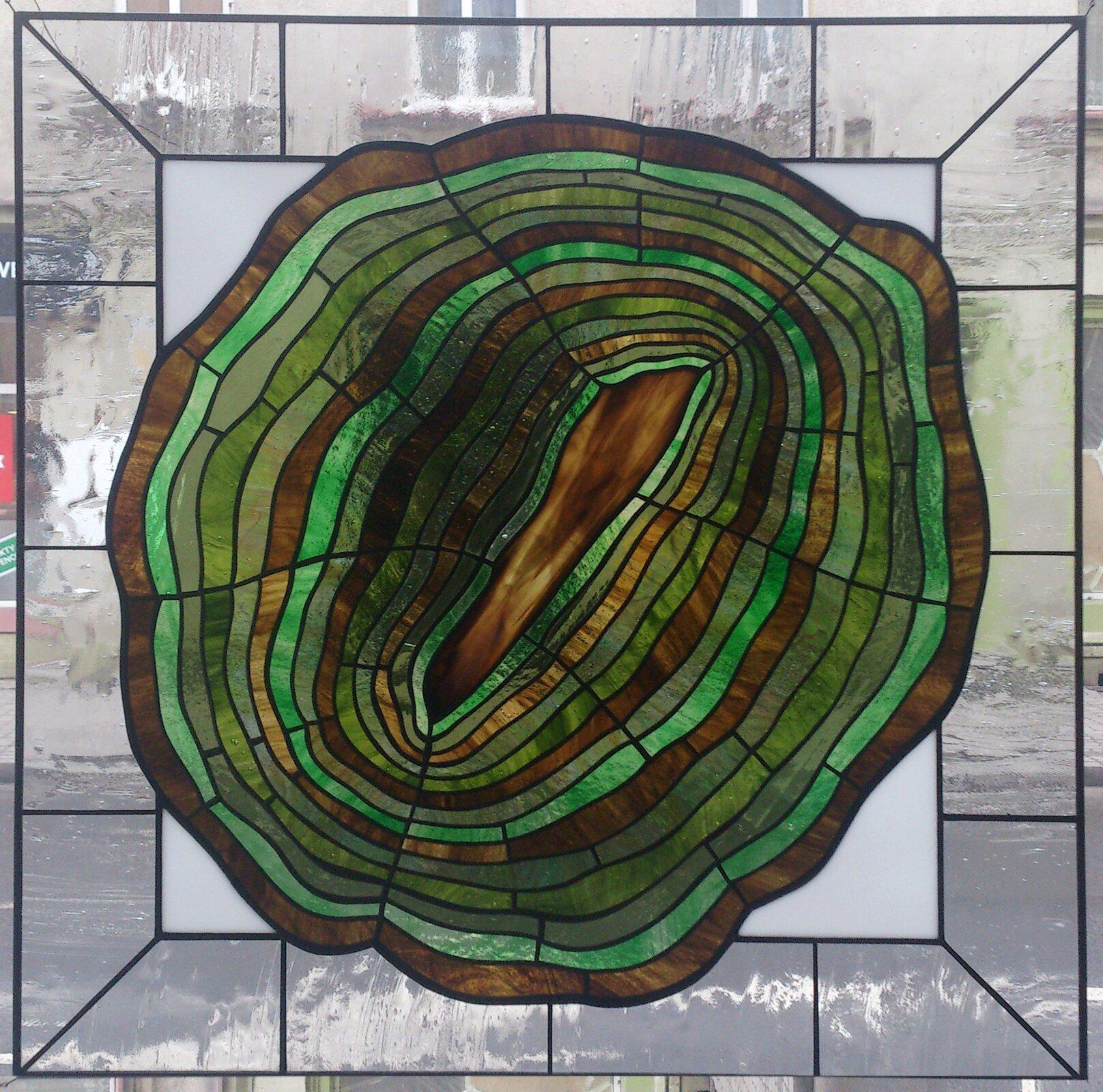 """Ilustracja przedstawiająca witraż autorstwa Witolda Pochylskiego pt. """"Dyptyk zielony""""."""