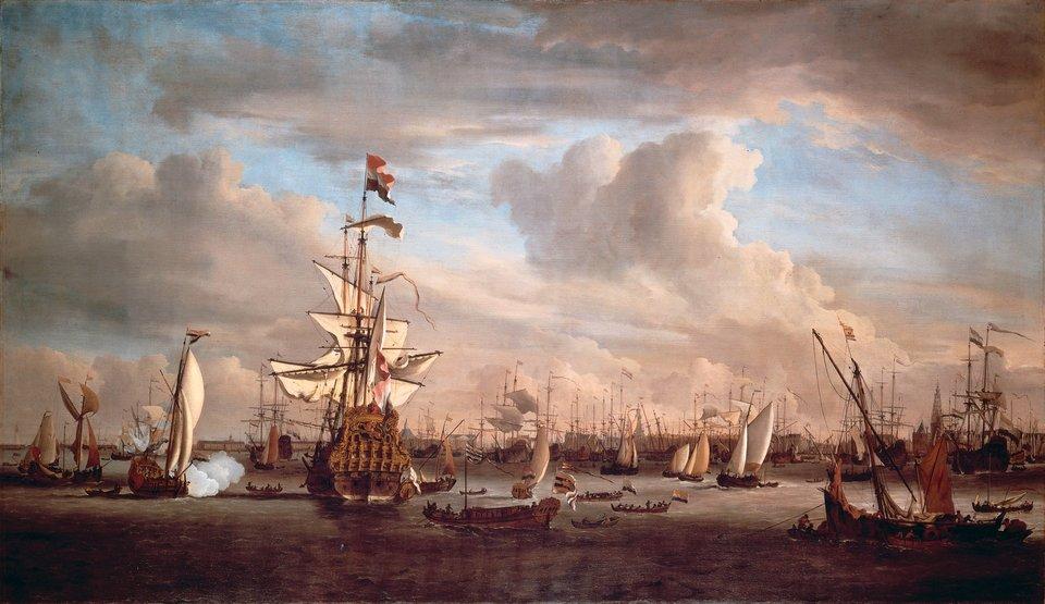 """Flagowy okręt adminirała Cornelis'a van Tromp'a """"Złoty Lew"""" na redzie portu wAmsterdamie Flagowy okręt admirała holenderskiego Cornelis'a van Tromp'a""""Złoty Lew"""" (Gouden Leeuw). Osiemdziesięciodziałowy statek został wybudowany dla admiralicji holenderskiej podczas drugiej wojny angielsko-holenderskiej w1666 r., służył jeszcze podczas kolejnej wojny w1673 r. Ostatecznie zostałrozebrany w1686 r. Miasto Amsterdam zleciło wówczas malarzowi marynistycznemu Willemowi van de Velde (młodszemu) (1633-1707) namalowanie statku. Źródło: Willem van de Velde Młodszy, Flagowy okręt adminirała Cornelis'a van Tromp'a """"Złoty Lew"""" na redzie portu wAmsterdamie, 1686, Olej na płótnie, Muzeum wAmsterdamie, domena publiczna."""