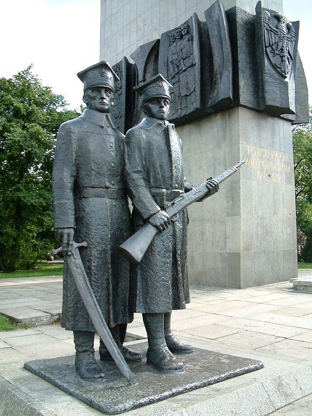 Pomnik Powstańców Wielkopolskich wPoznaniu Źródło: Pomnik Powstańców Wielkopolskich wPoznaniu, domena publiczna.