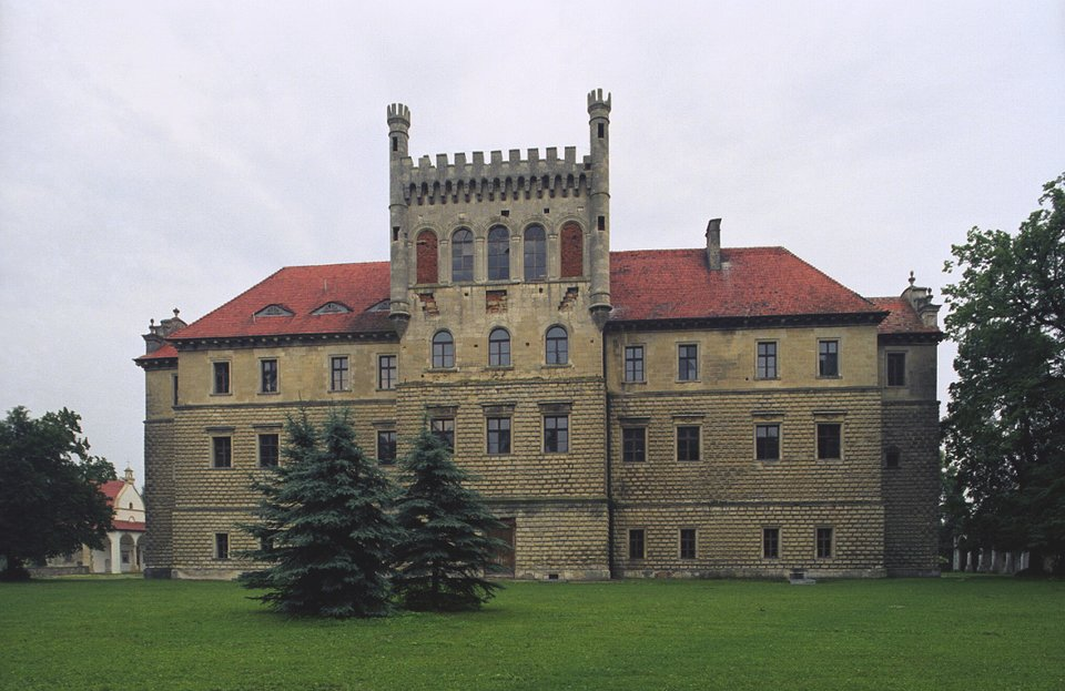PałacMirów wKsiążu Wielkim wpowiecie miechowskim wMałopolskiem. Wzniesiony przez znanego artystę Santi Gucciego wlatach 1585-1595 na zlecenie biskupa krakowskiego Piotra Myszkowskiego. Pałac składał się ztrzech budynków:centralnie położonego zamku oraz dwóch pawilonów bocznych. Kontrast między obu częściami wskazywany jest jako element tzw. późnego renesansu, czyli manieryzmu. PałacMirów wKsiążu Wielkim wpowiecie miechowskim wMałopolskiem. Wzniesiony przez znanego artystę Santi Gucciego wlatach 1585-1595 na zlecenie biskupa krakowskiego Piotra Myszkowskiego. Pałac składał się ztrzech budynków:centralnie położonego zamku oraz dwóch pawilonów bocznych. Kontrast między obu częściami wskazywany jest jako element tzw. późnego renesansu, czyli manieryzmu. Źródło: Jerzy Strzelecki, Wikimedia Commons, licencja: CC BY-SA 3.0.