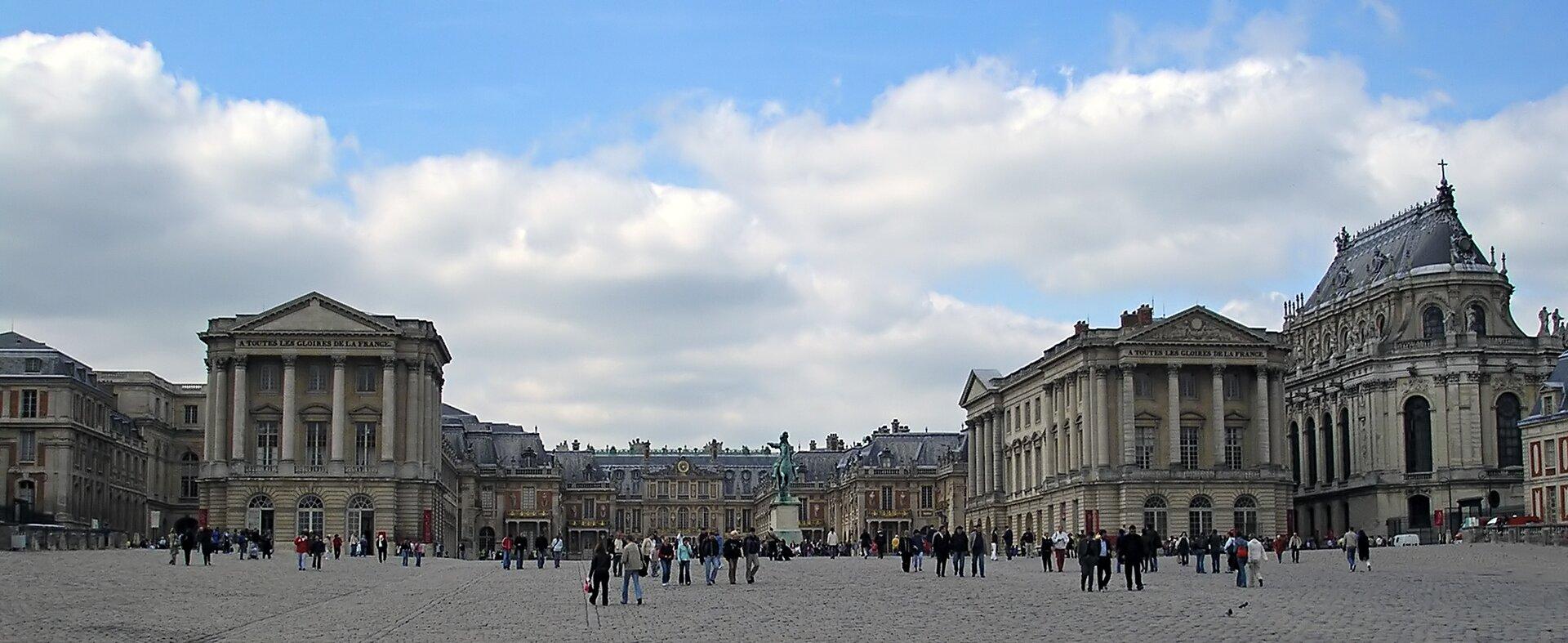Dziedziniec główny pałacu wersalskiego Dziedziniec główny pałacu wersalskiego Źródło: Deror avi, Wikimedia Commons, licencja: CC BY 3.0.
