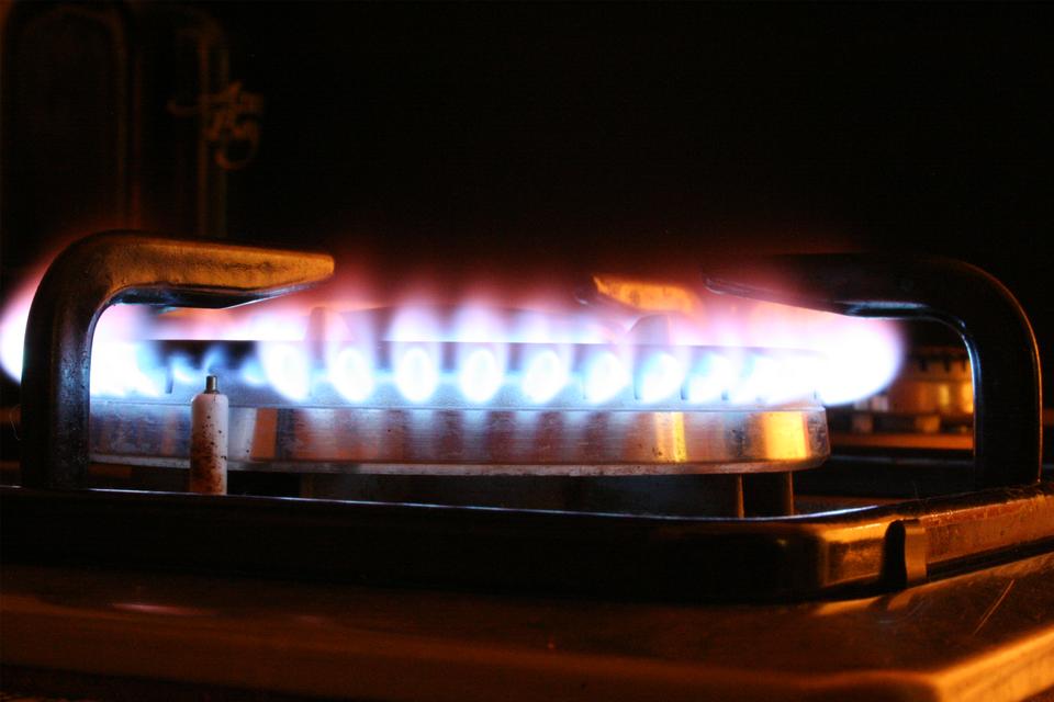 Na trzeciej fotografii widoczny palnik kuchenny zpłomieniem, na którym stoi garnek.