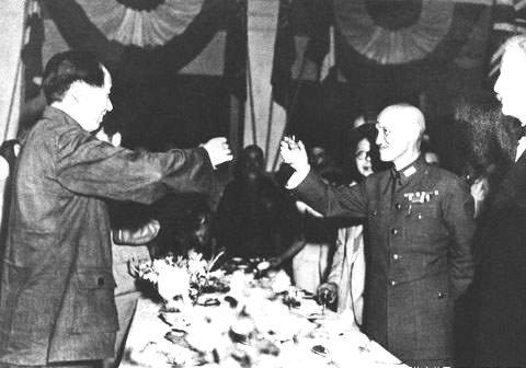 Zawarcie porozumieniamiędzy Mao Tse-tungiem (z lewej) aCzang Kaj-szekiem Zawarcie porozumieniamiędzy Mao Tse-tungiem (z lewej) aCzang Kaj-szekiem Źródło: Fotografia, domena publiczna.